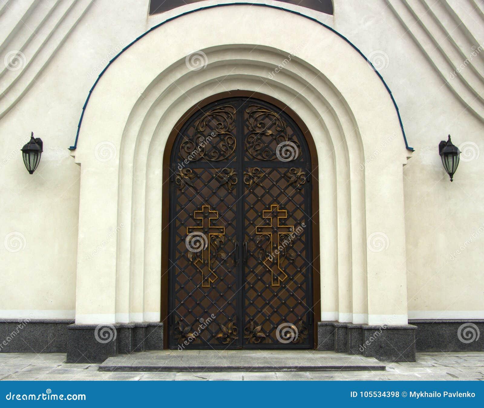 Puerta de madera vieja con las bisagras forjadas textura for Puertas viejas de madera