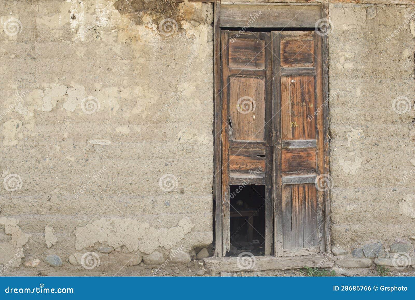 Puerta de madera vieja en pared vieja imagen de archivo for Puerta vieja madera