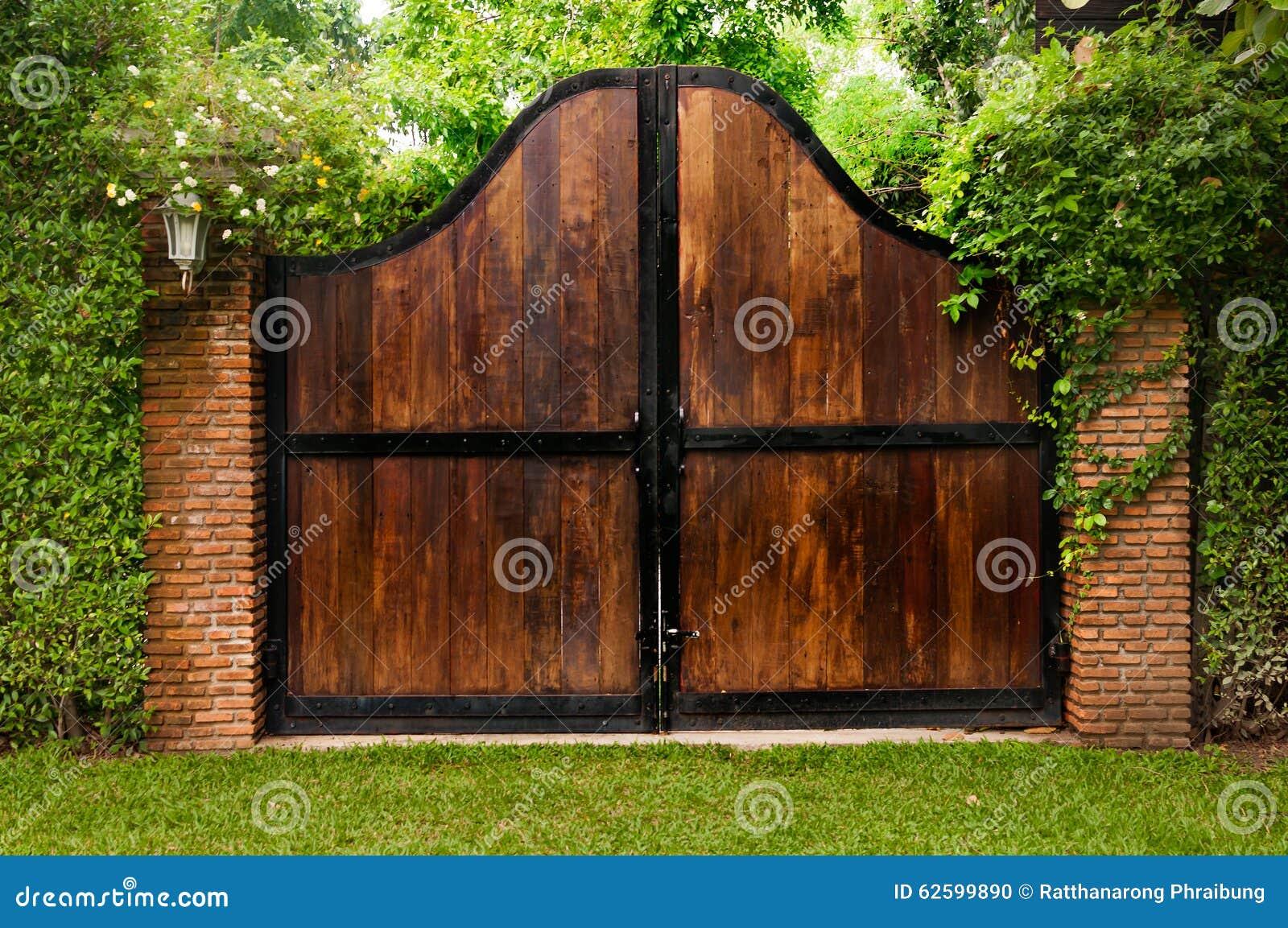 Puerta de madera vieja en un jard n demasiado grande para for Puertas para jardin