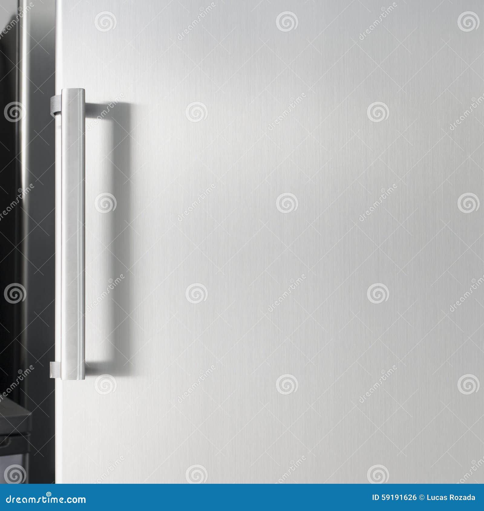 Puerta De Plata Del Refrigerador Con La Manija, Con El Espacio Libre ...
