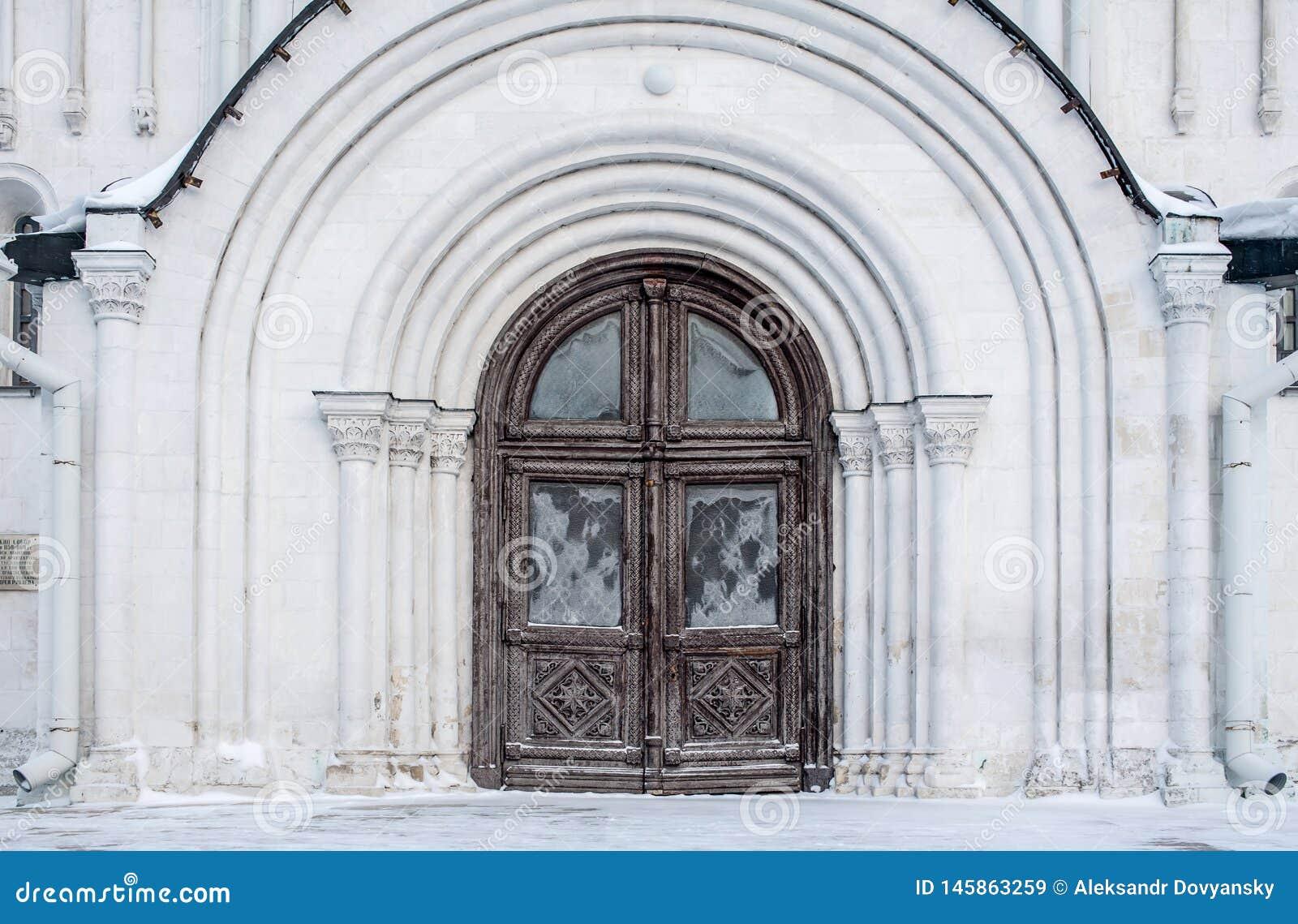 Puerta de un templo ortodoxo viejo