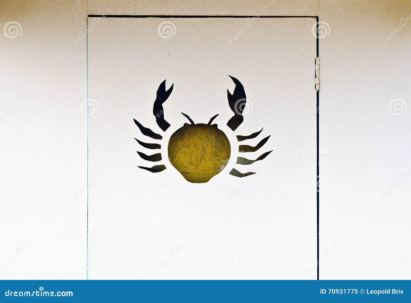 Puerta de una choza del baño con adorno del cangrejo