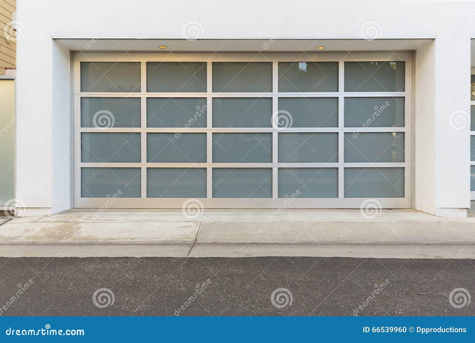 186 Puerta Del Garaje Con Las Ventanas Fotos Libres De Derechos Y Gratuitas De Dreamstime