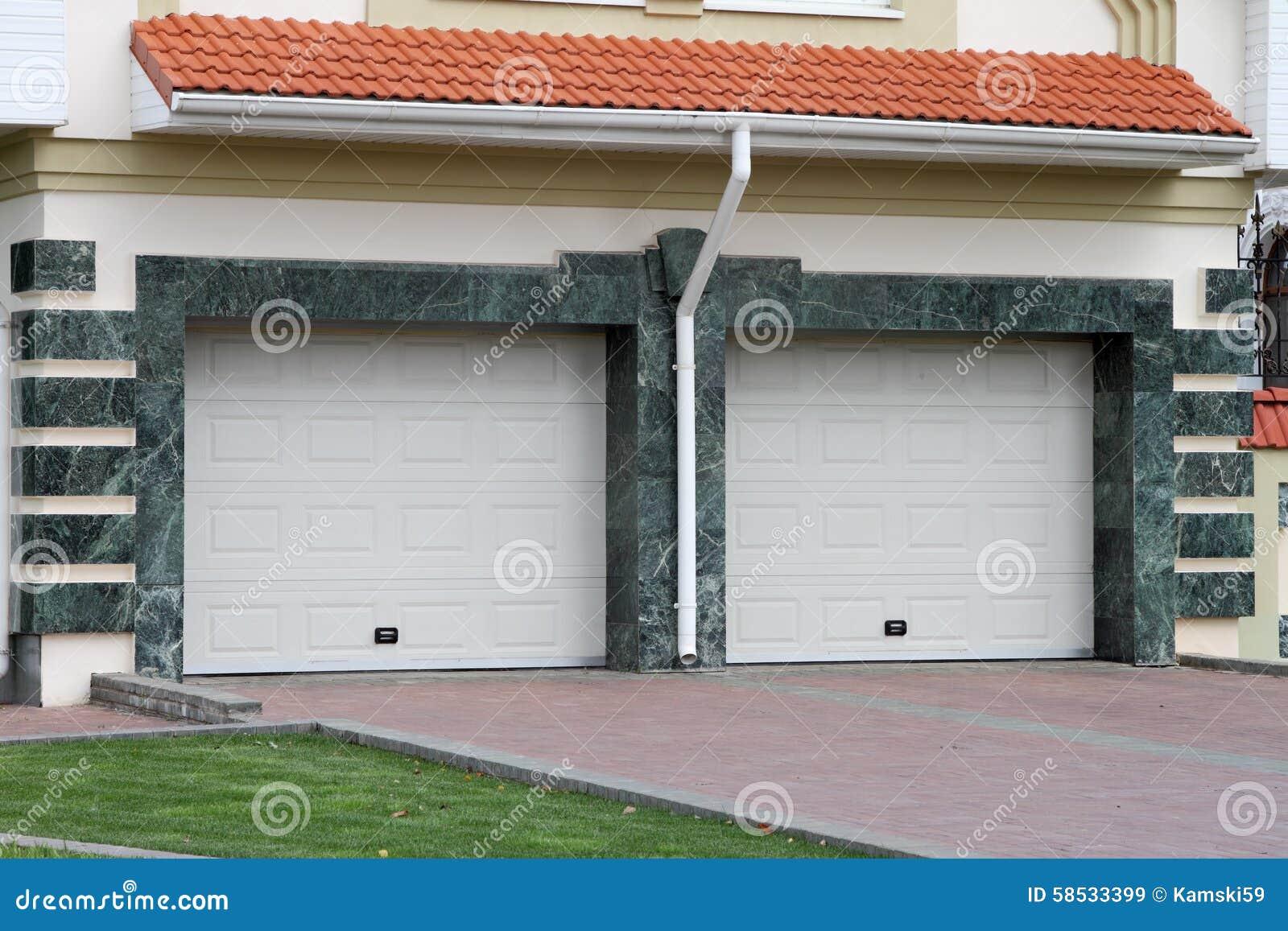 Puerta del garaje para 2 coches foto de archivo imagen for 2 costo del garage