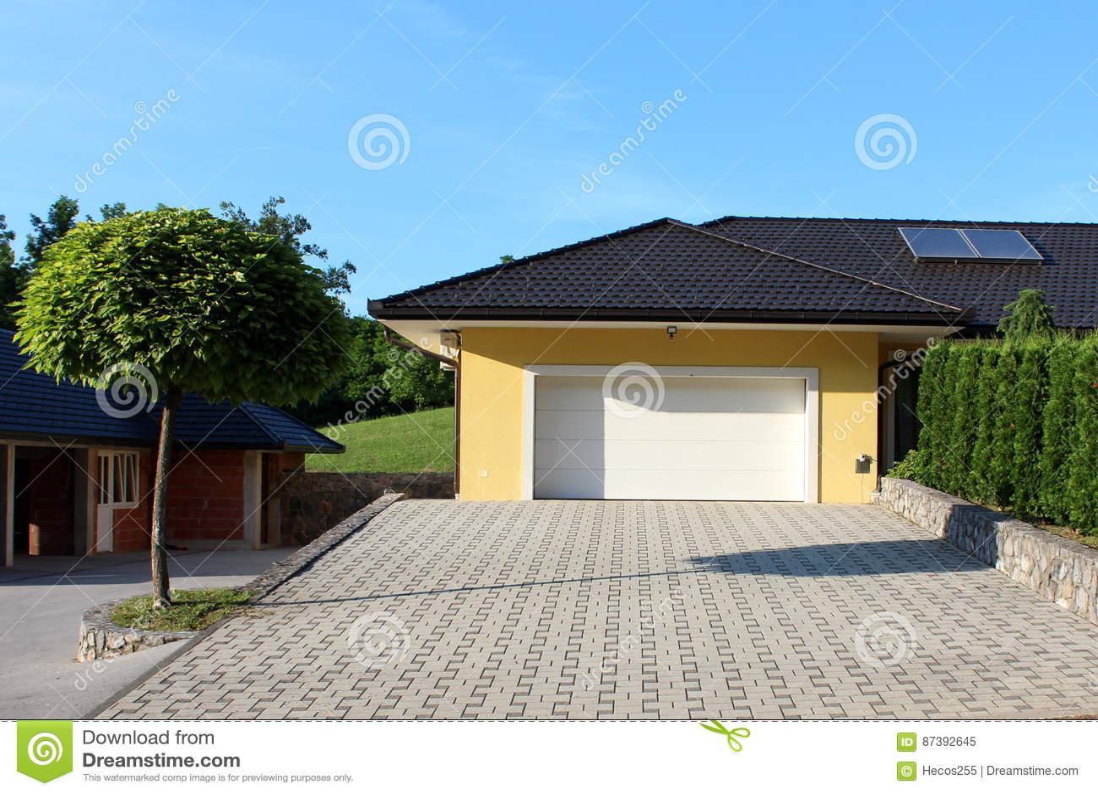 Puerta del garaje y entrada modernas de la piedra imagen for Garage con soffitta