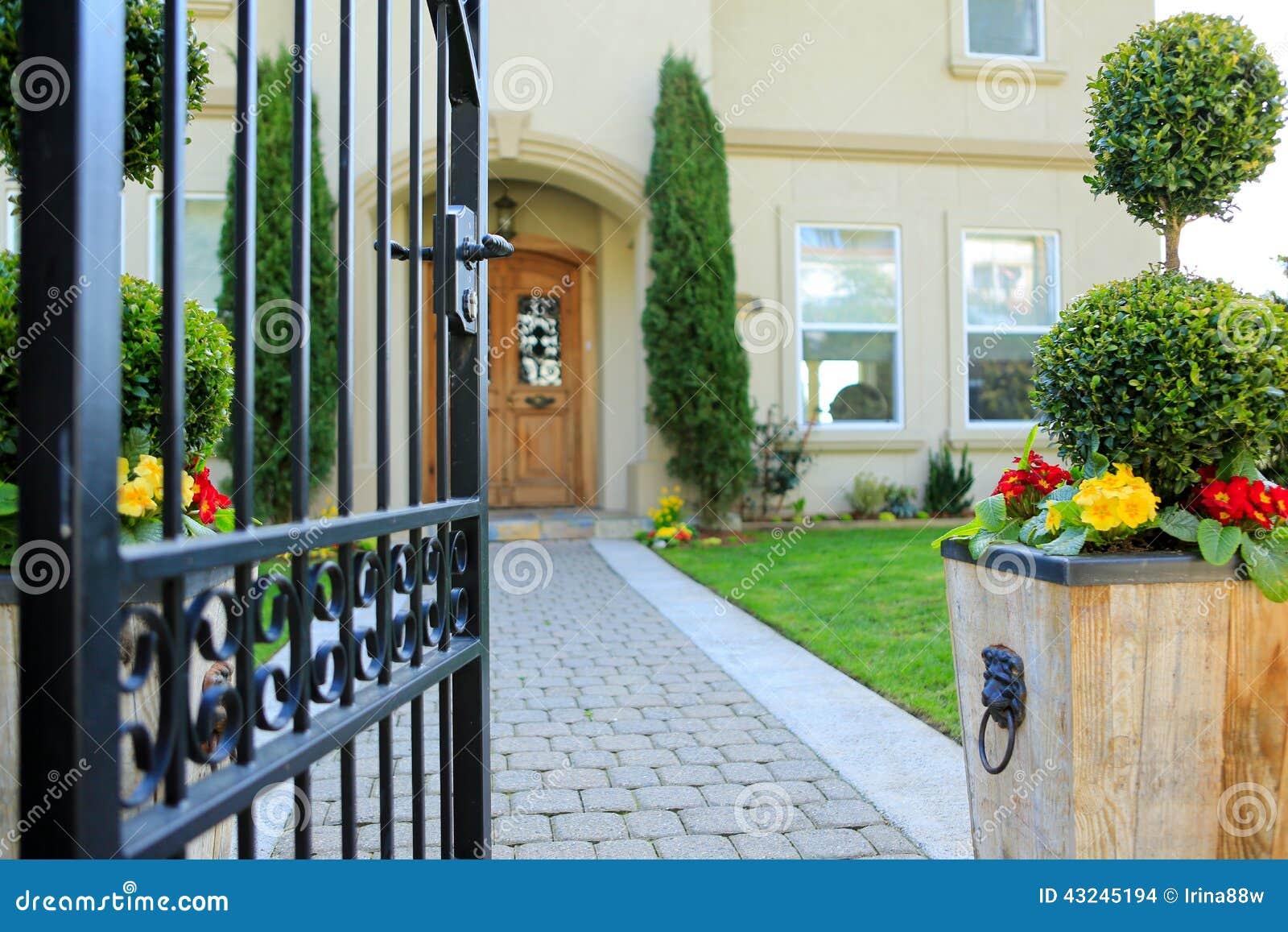 Puerta del hierro labrado de la entrada a la casa de lujo for Piscina puerta del hierro