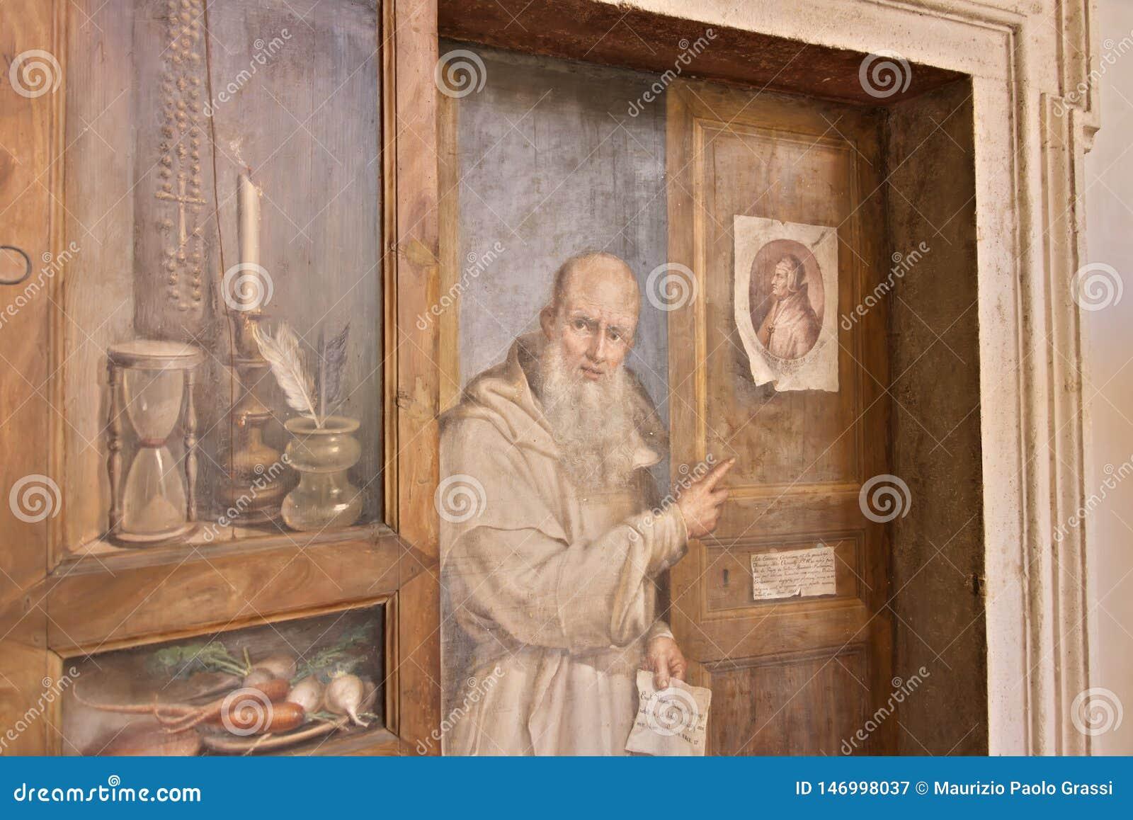 Puerta del monasterio pintada con la figura de un fraile