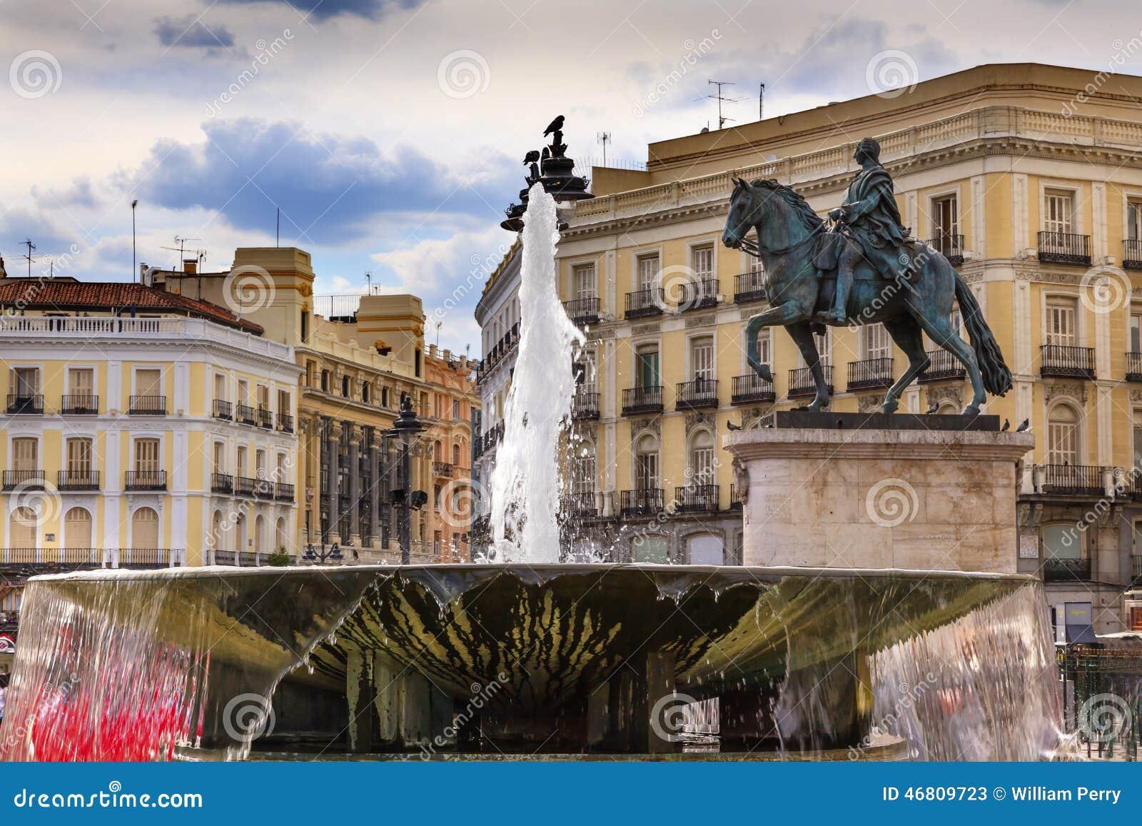 Puerta del sol plaza square fountain madrid spain stock for Plaza de puerta del sol madrid