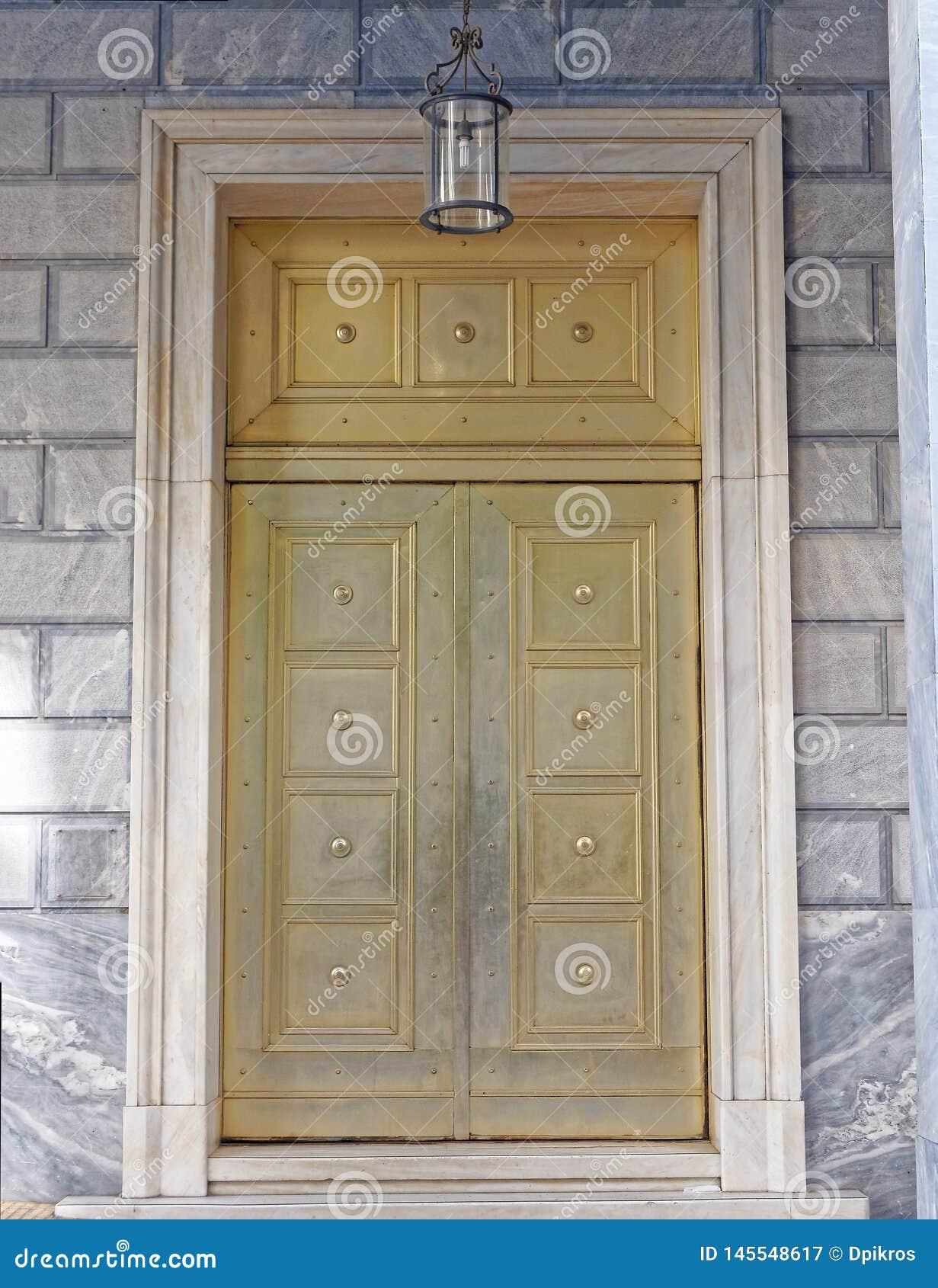 Puerta elegante del metal de bronce de una institución de actividad bancaria