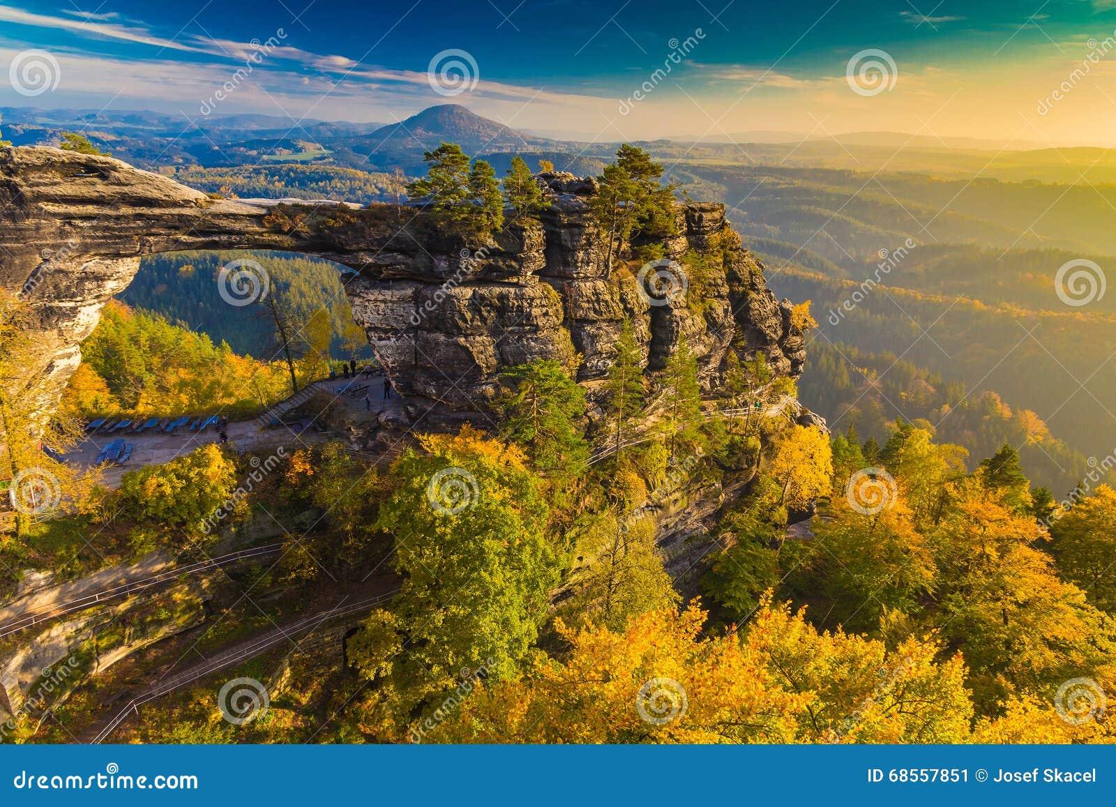 Puerta en colores del otoño, Suiza sajona bohemia, República Checa de Pravcicka