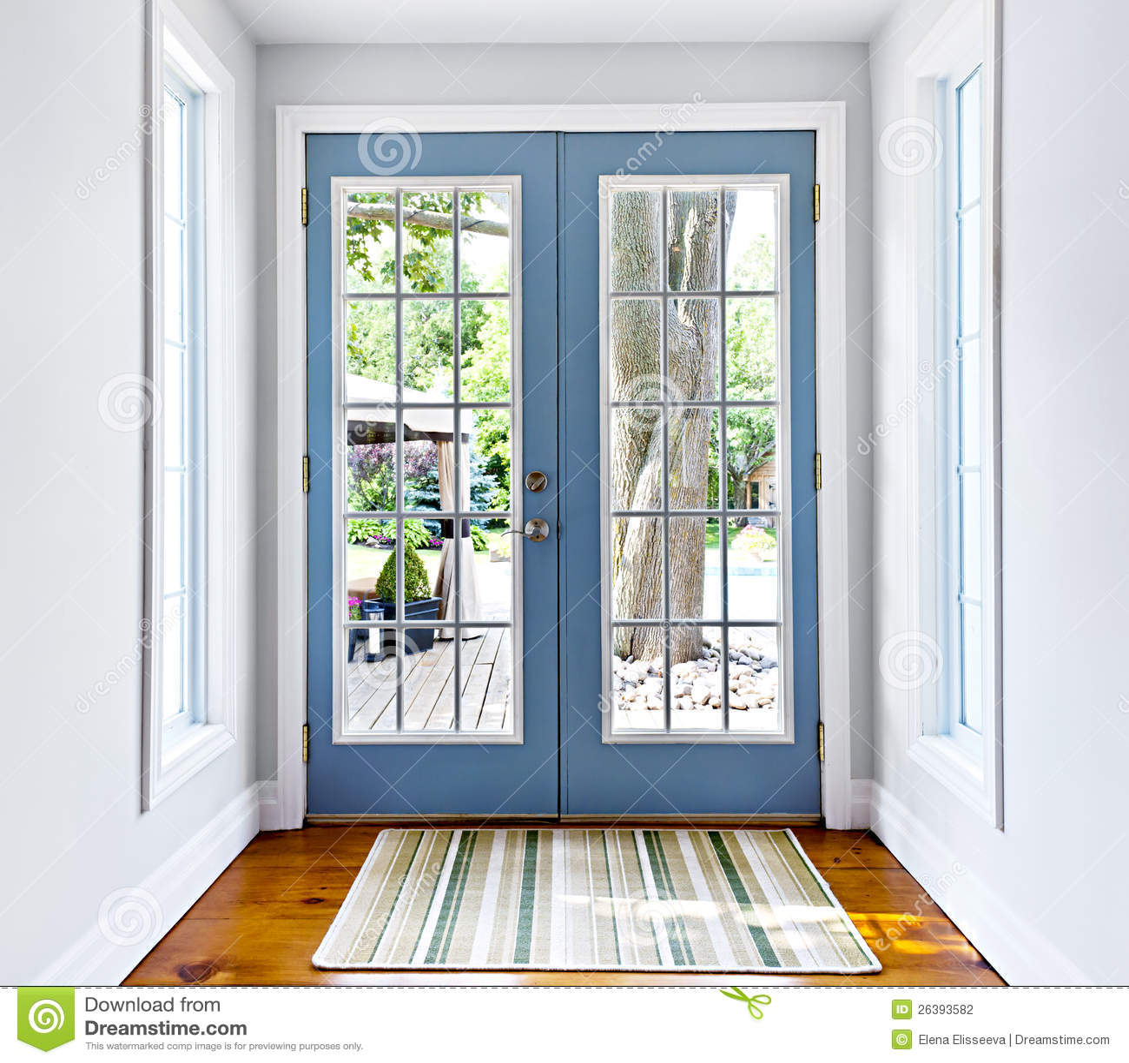 Puerta francesa del vidrio del patio foto de archivo for Puertas para patio exterior