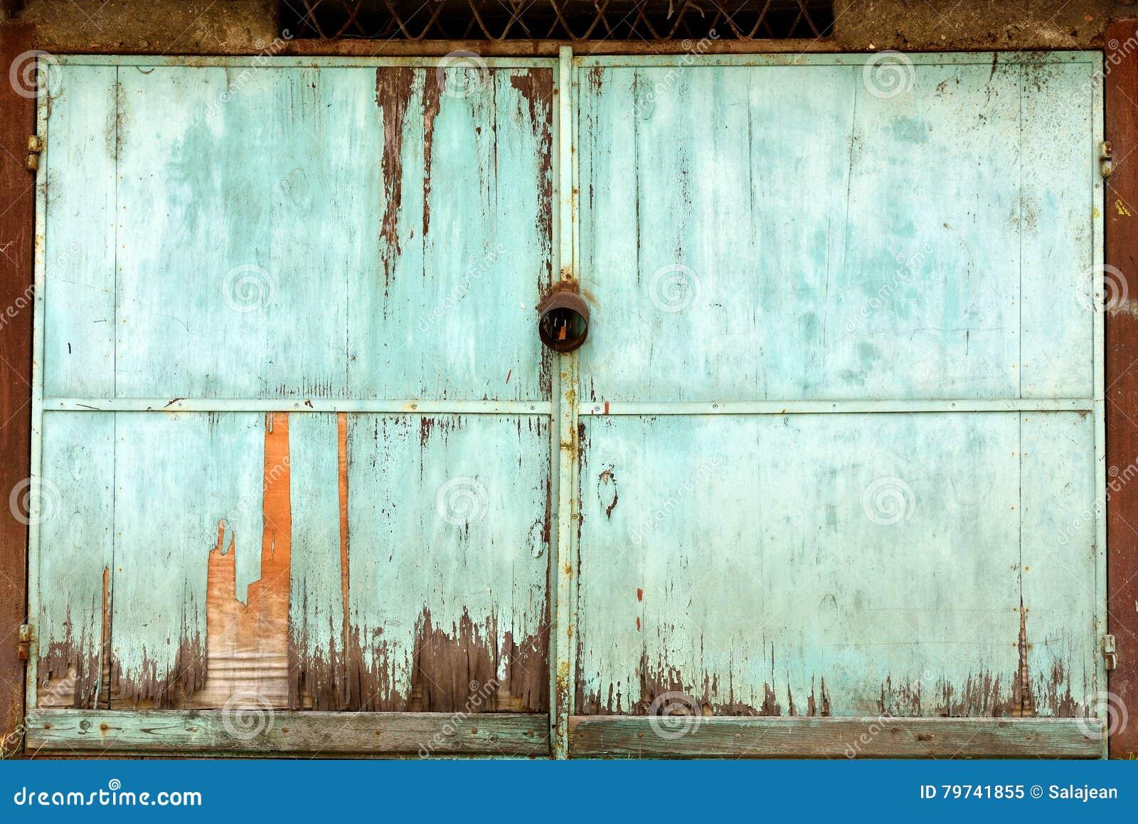 Puerta metálica del garaje del Grunge