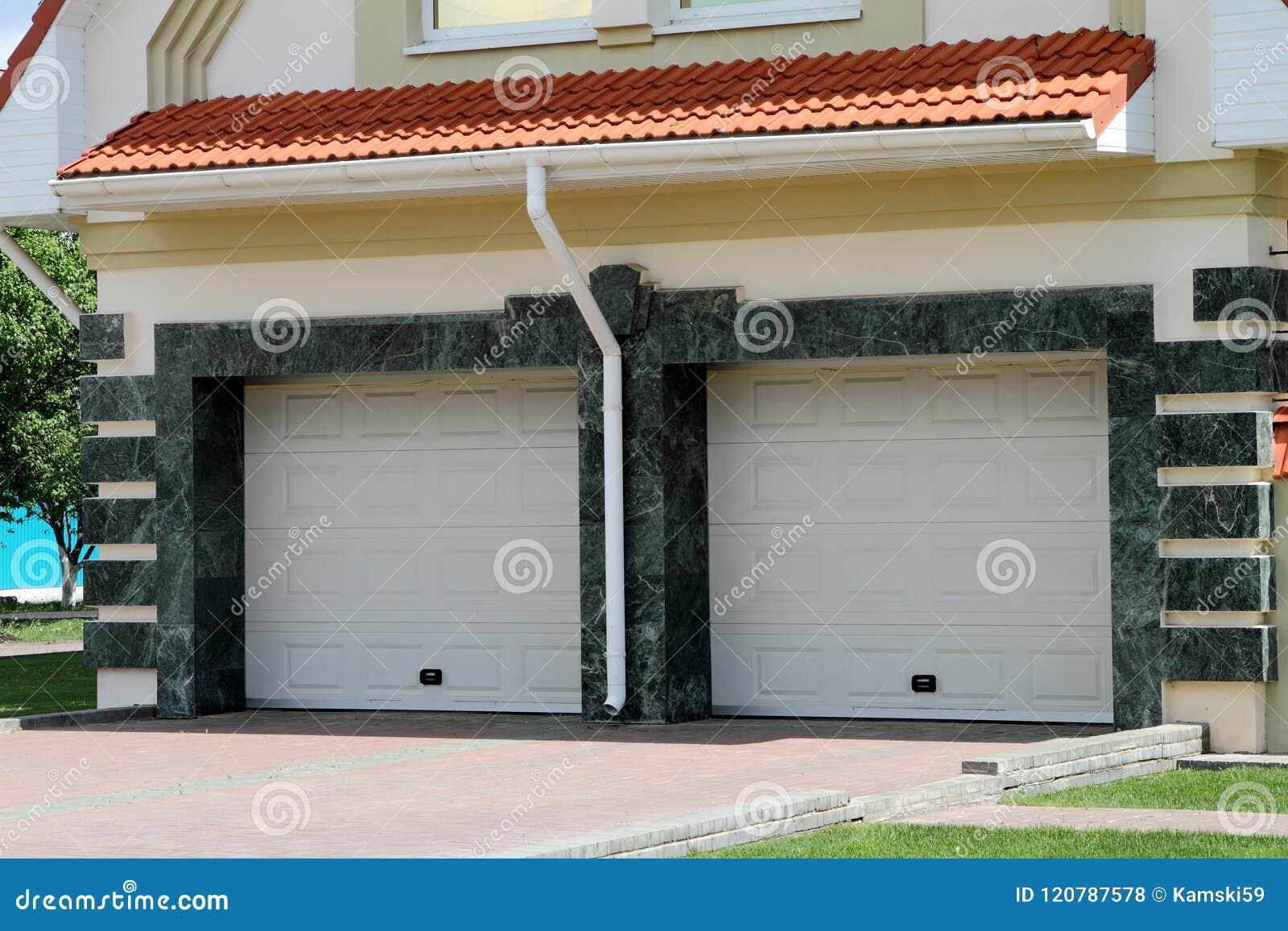 Puerta moderna del garaje para 2 coches foto de archivo - Garaje de coches ...