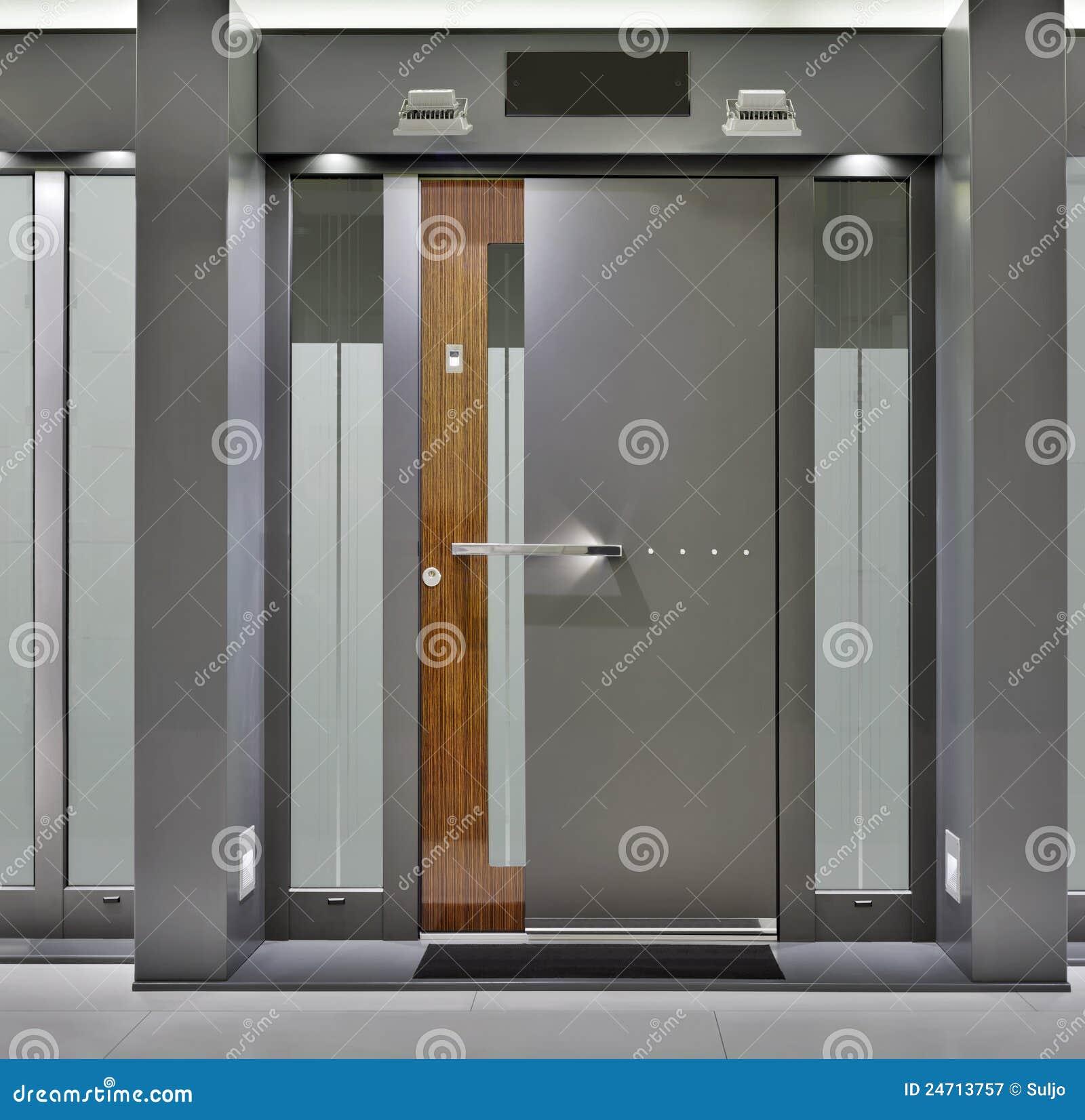Puerta principal fotograf a de archivo libre de regal as for Puertas de ingreso principal modernas