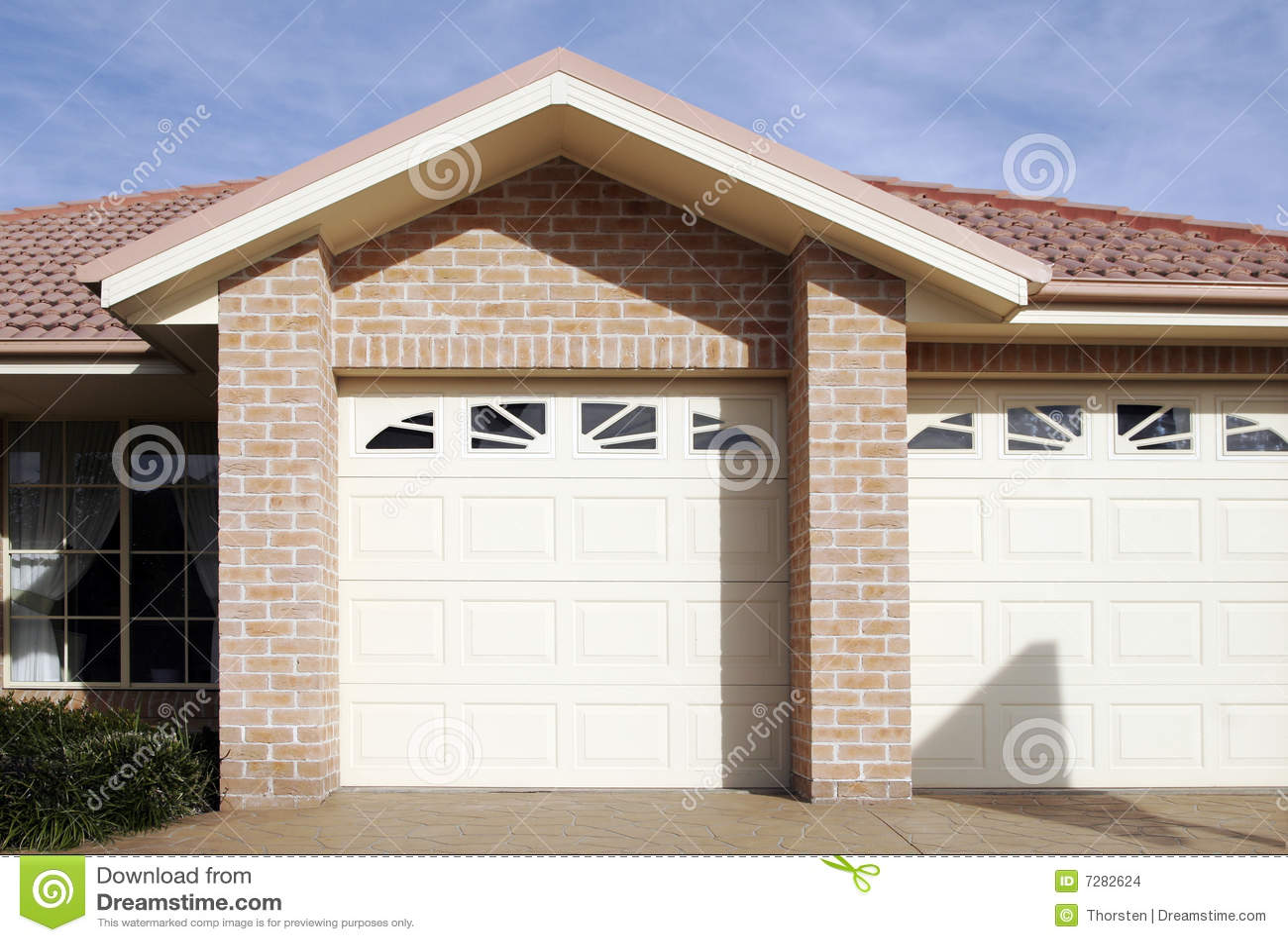 Puerta suburbana del garage de la casa de ciudad