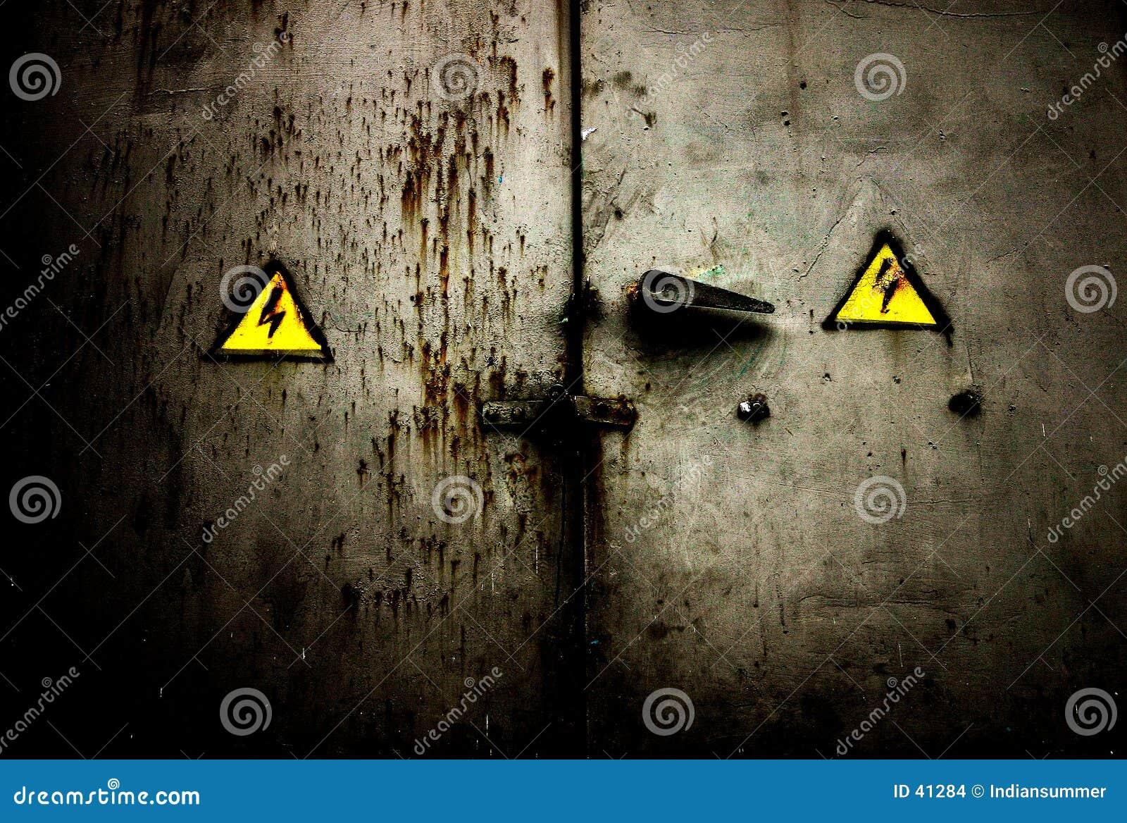 Puerta sucia oxidada vieja