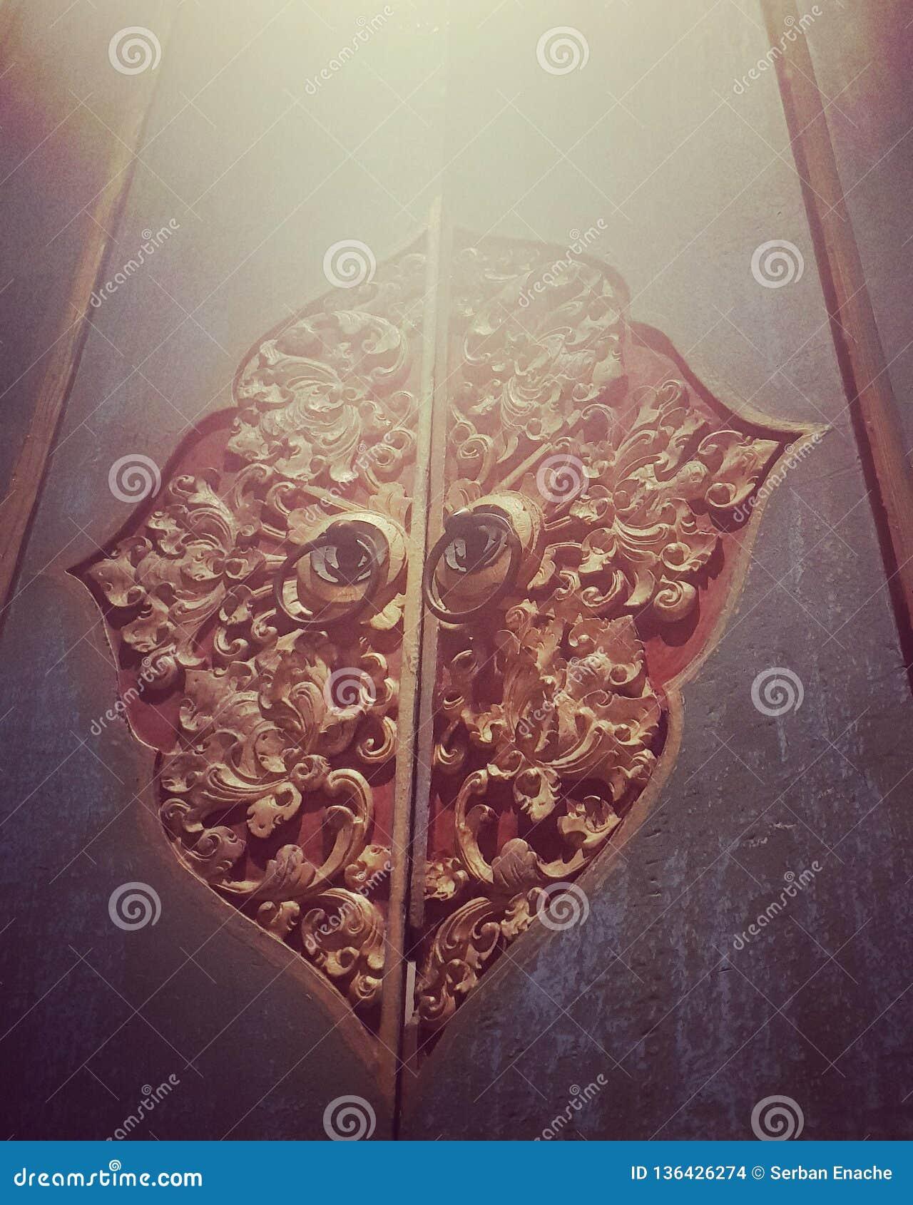 Puerta tallada madera