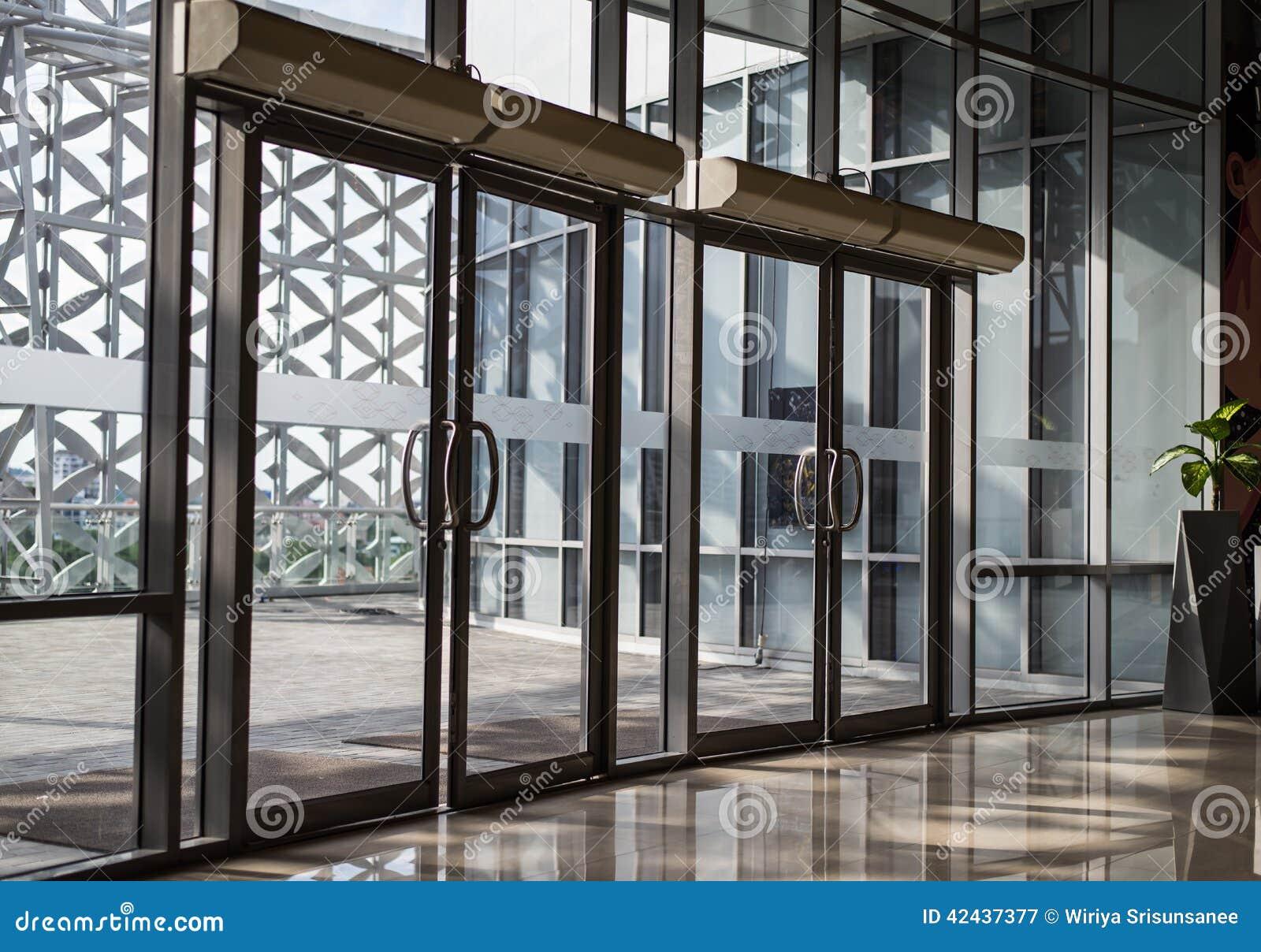 Puerta transparente del edificio moderno