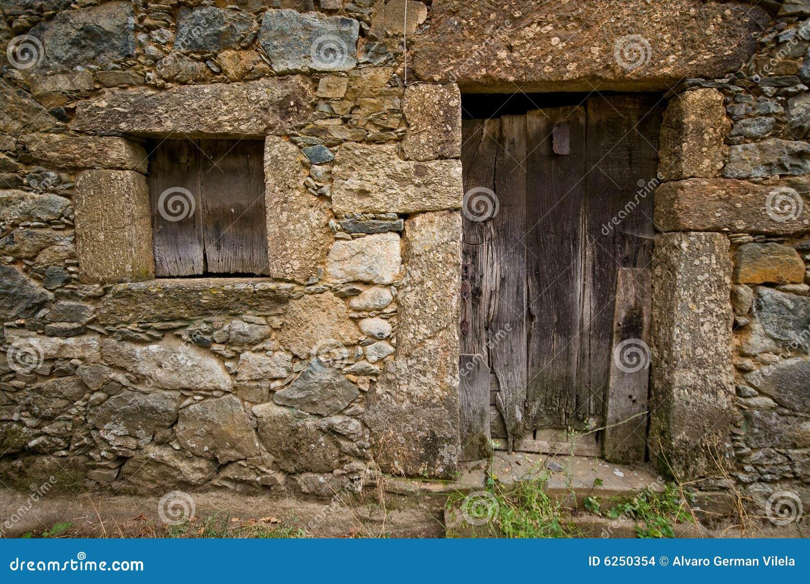 Puerta y ventana de madera envejecidas imagenes de archivo for Imagenes de puertas de madera antiguas