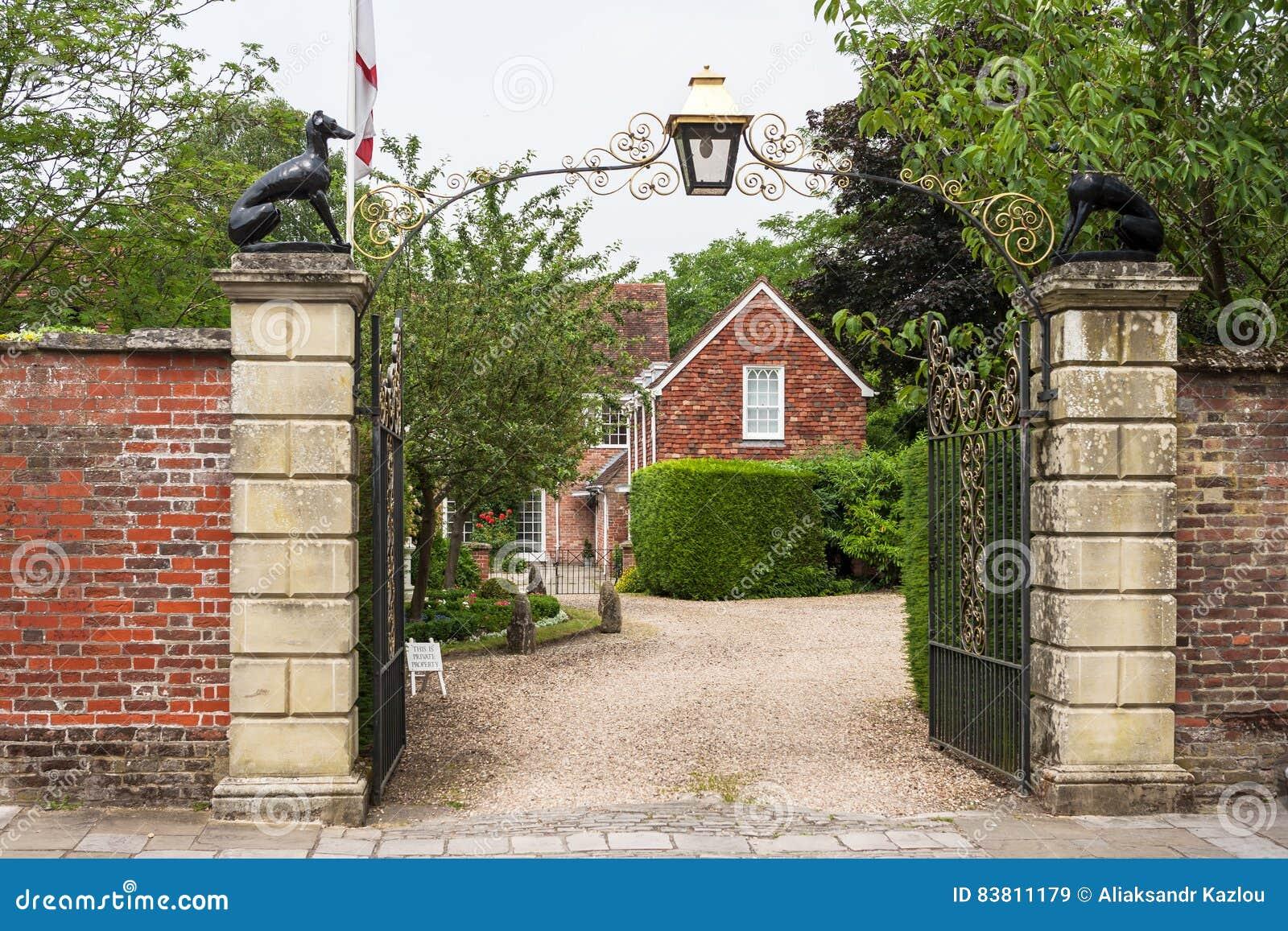 Puertas adornadas a la casa de Malmesbury Salisbury, Wilshire, Inglaterra