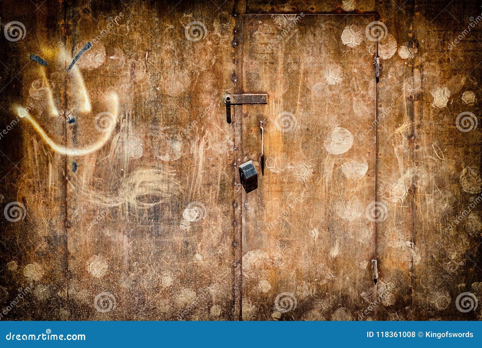Puertas aherrumbradas del hierro en estilo del grunge con una cerradura grande