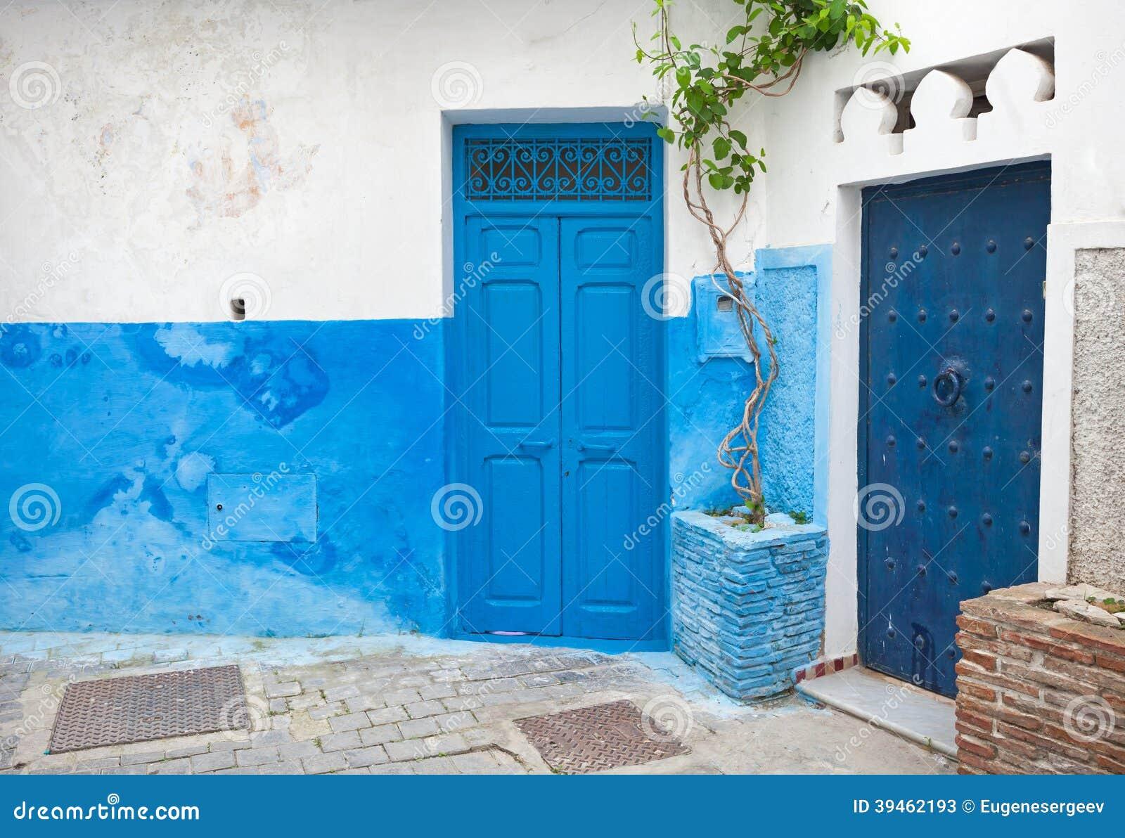 Puertas azules y paredes blancas t nger marruecos foto for Paredes grises y puertas blancas
