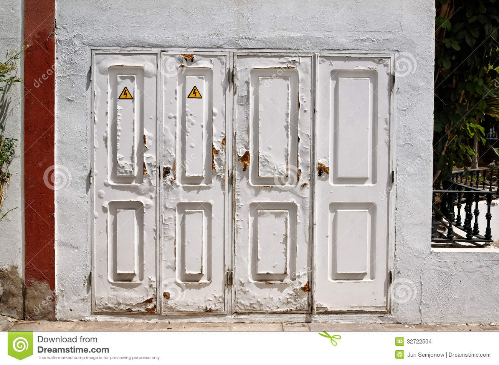 Puertas blancas viejas imagenes de archivo imagen 32722504 - Puertas viejas de madera ...