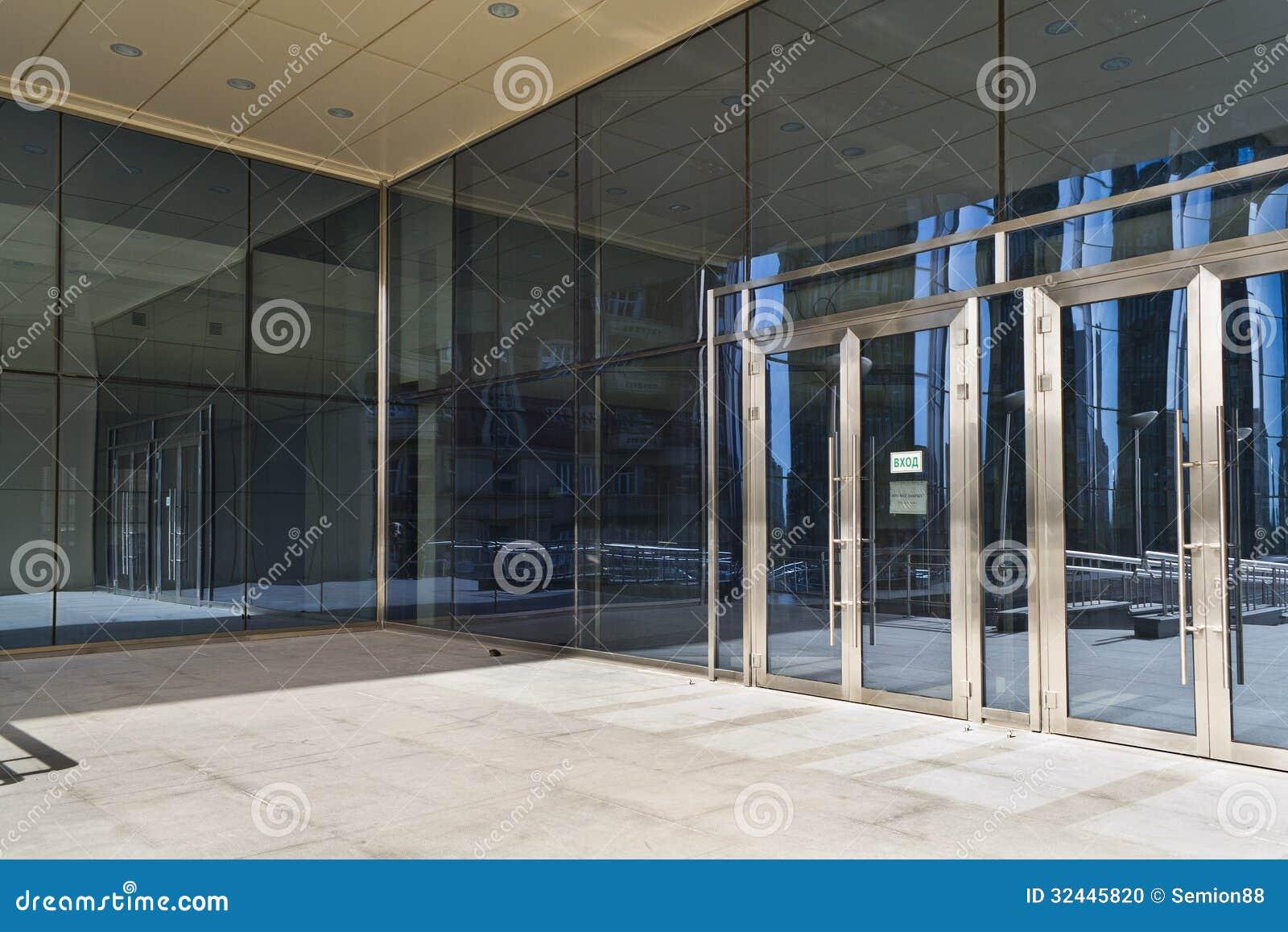 Puertas cerradas en el edificio de cristal grande moderno