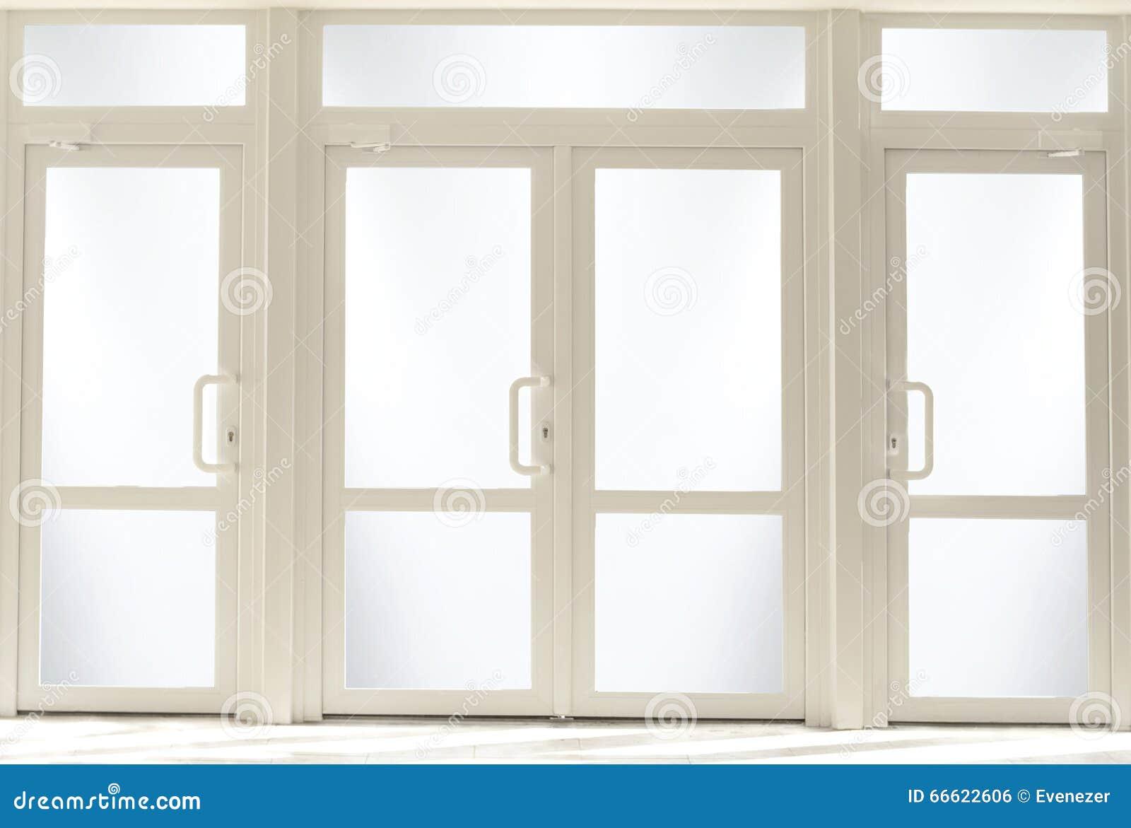 Puertas de entrada pl sticas con el vidrio foto de archivo for Puertas de entrada con vidrio