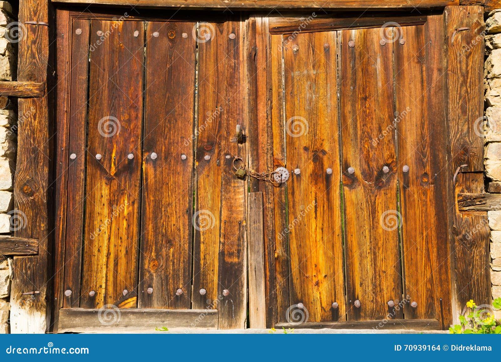 Puertas de granero de madera r sticas dobles viejas foto for Puerta granero madera