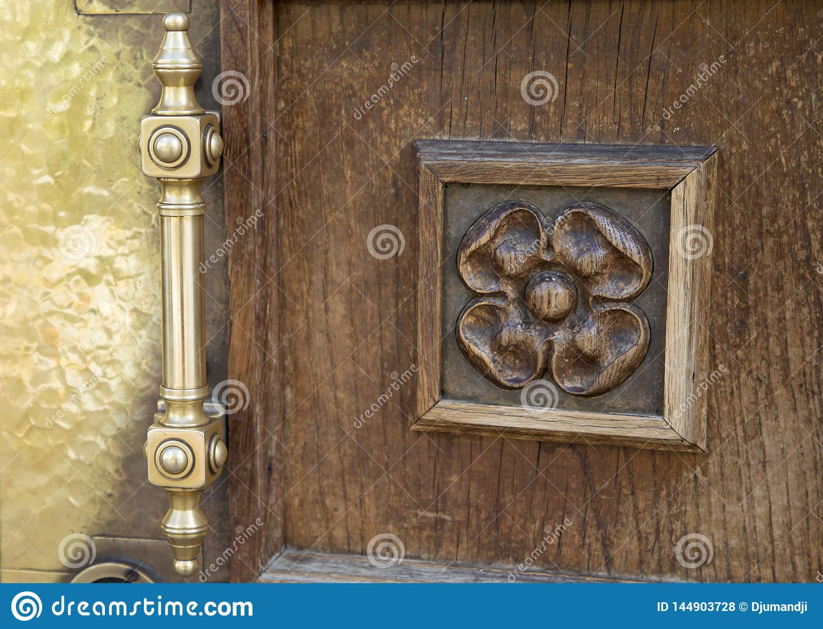 Puertas de madera adornadas