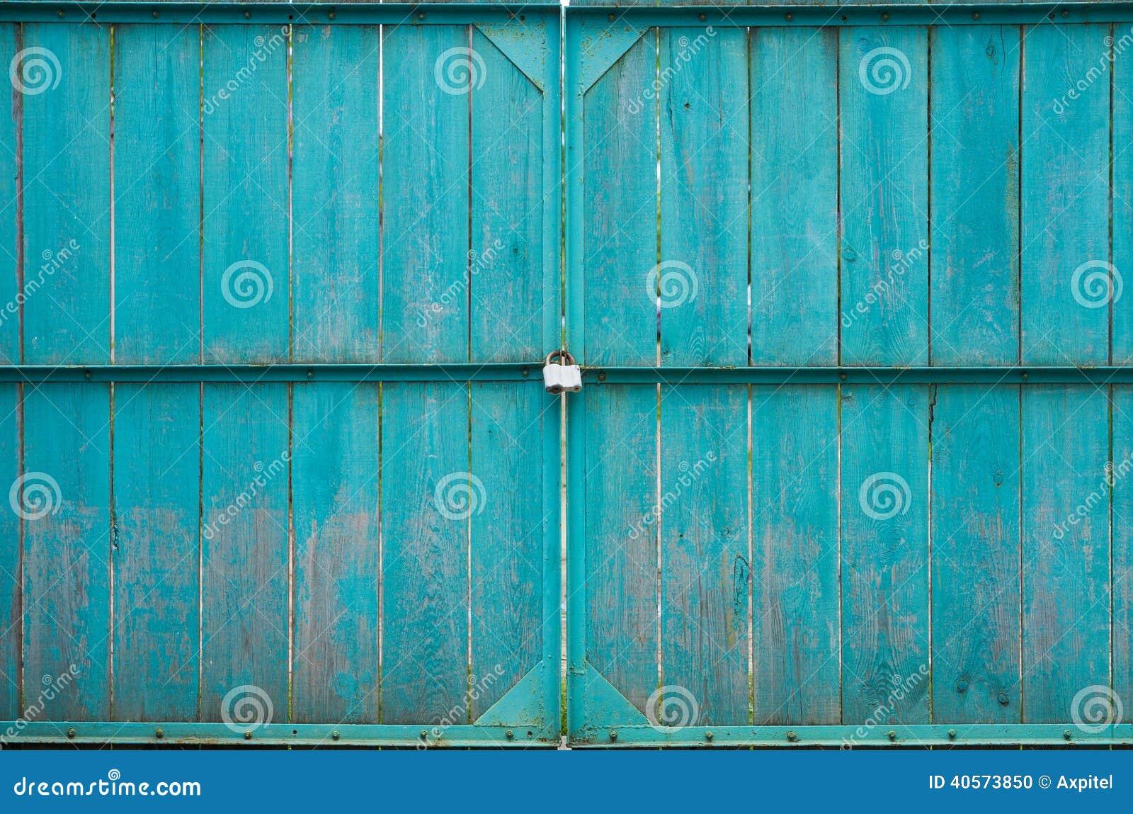 Puertas de madera con el candado