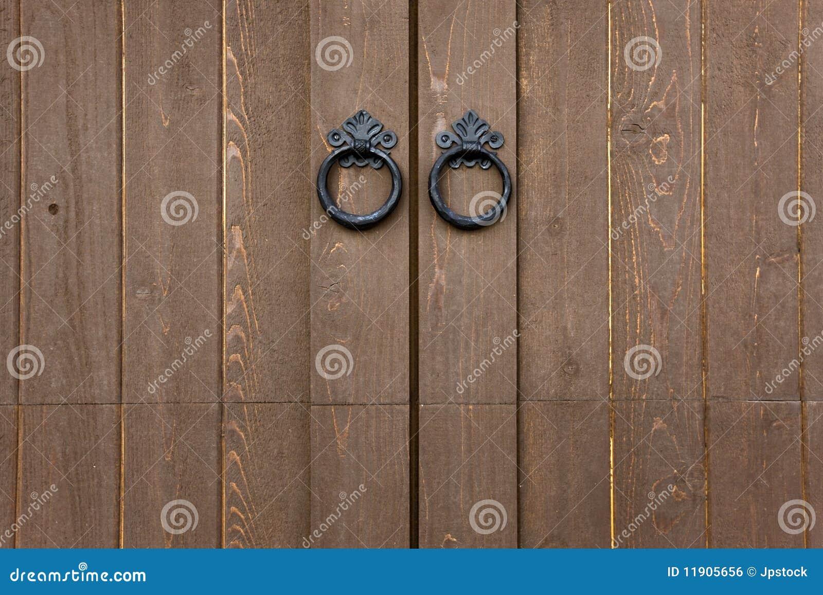 Puertas de madera con tirones del metal imagen de archivo for Puertas de metal con diseno