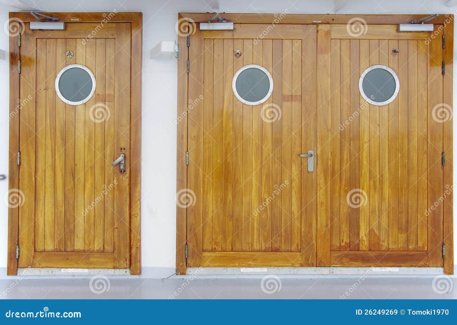 Puertas de madera con una ventana del c rculo imagen de for Puertas de madera de ocasion