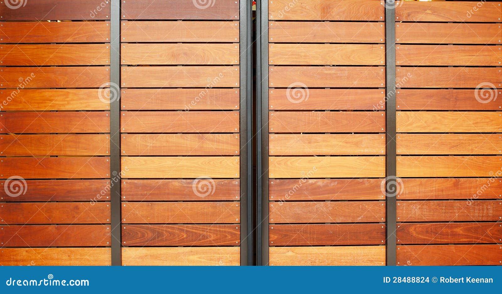 Puertas de madera del garaje foto de archivo imagen de - Puertas de garaje de madera ...