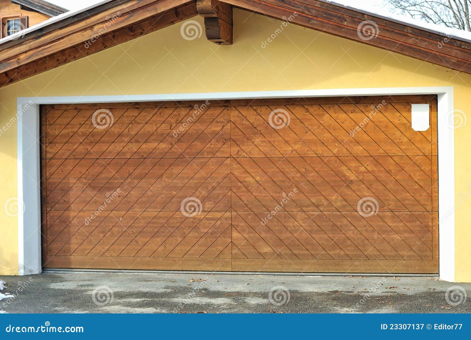 Puertas de madera grandes del garage for Puertas grandes de madera