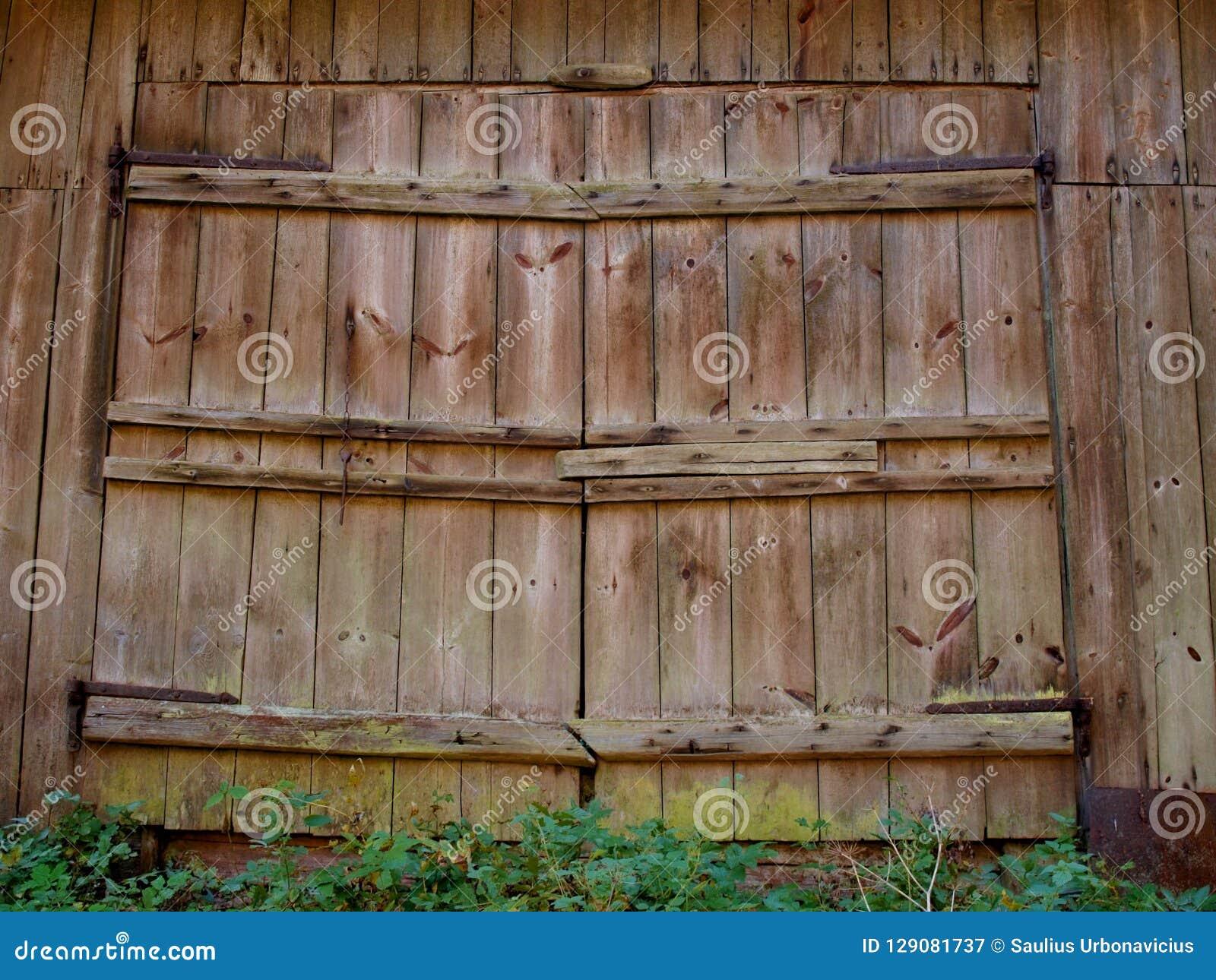 Puertas De Madera Grandes Del Granero Viejo Con Los Toldos Del