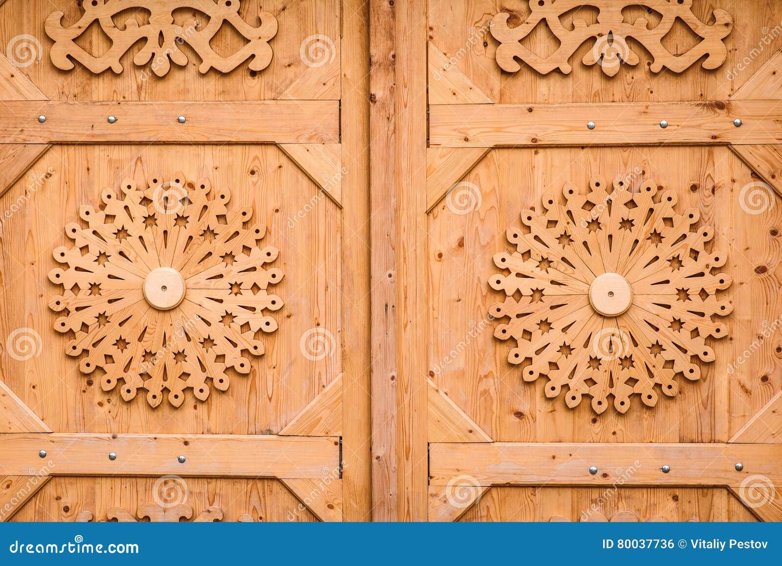 Puertas De Madera Hermosas Con Los Ornamentos Tradicionales Sin La