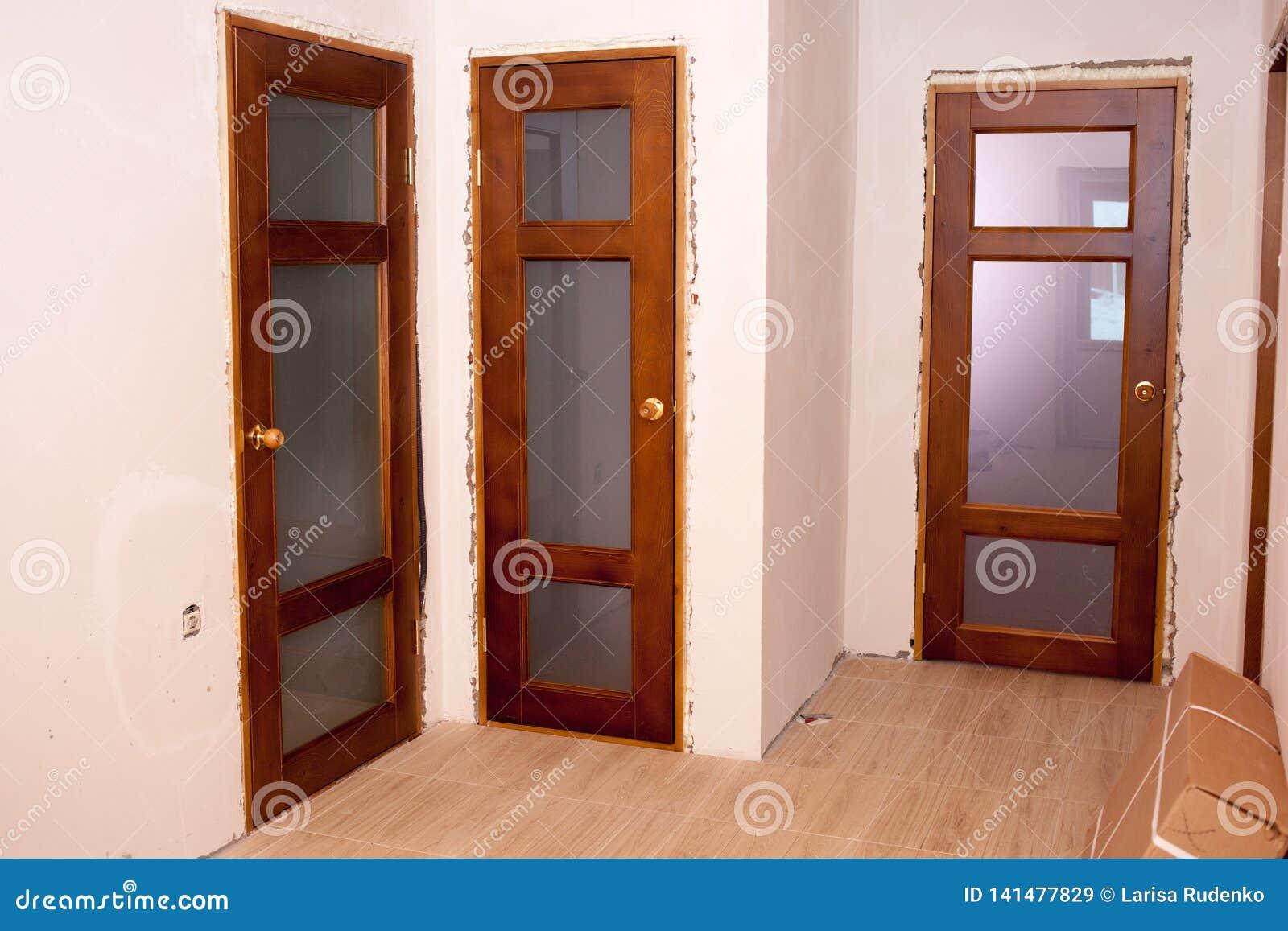 Puertas De Madera Instaladas Hermosas En La Casa Imagen De Archivo