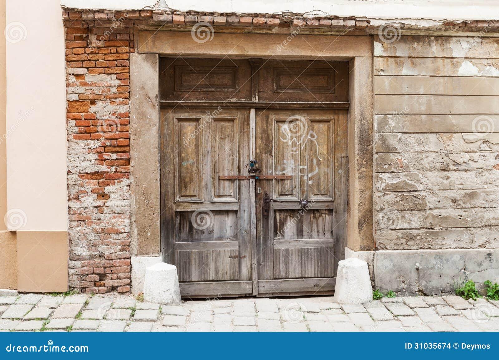 Puertas de madera marchitadas r sticas viejas de brown - Puertas viejas de madera ...
