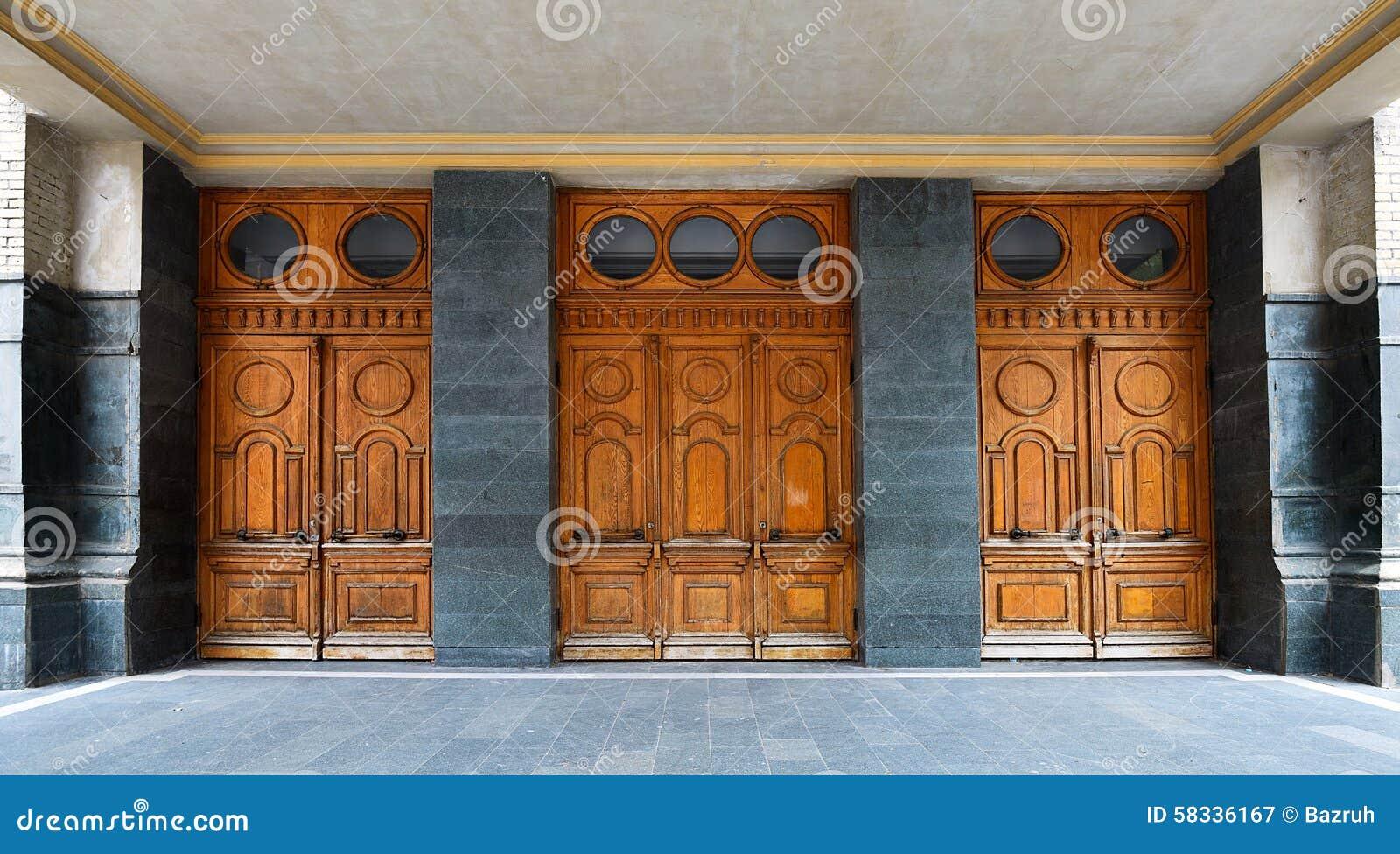 Puertas de madera viejas del teatro foto de archivo - Puertas viejas de madera ...