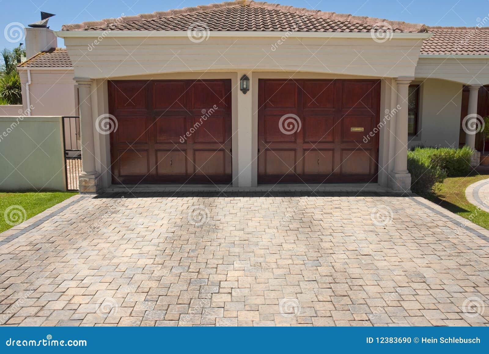 Puertas dobles marrones de madera del garage foto de for Casa con grande garage