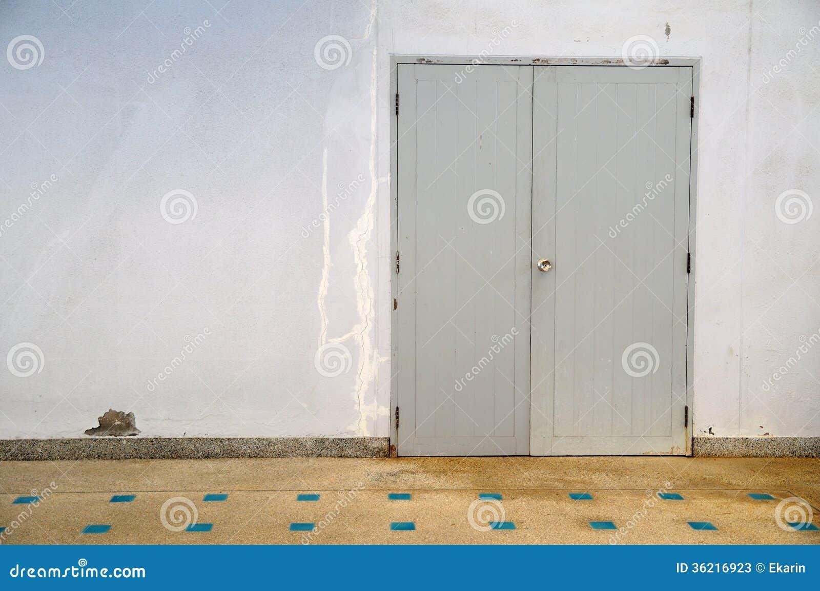Puertas grises del color con el piso de mosaico fotos de - Puertas de piso ...