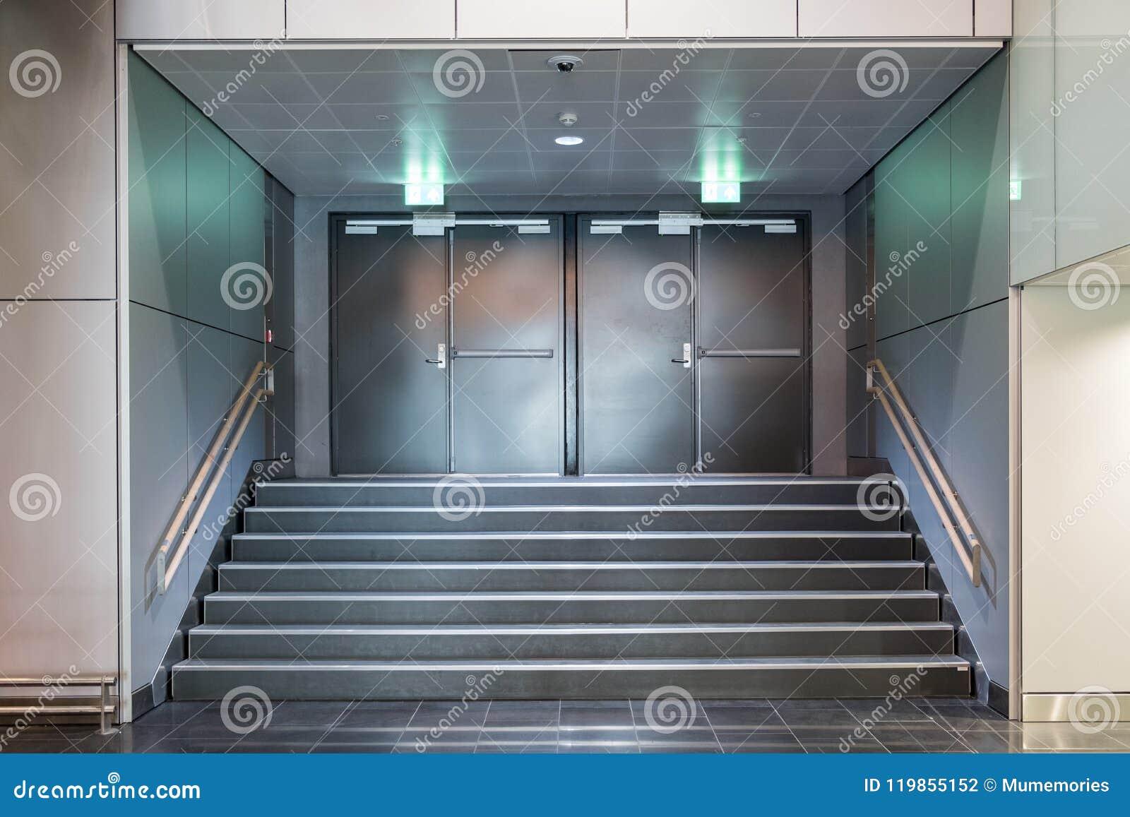 Puertas metálicas de la salida de socorro con la escalera