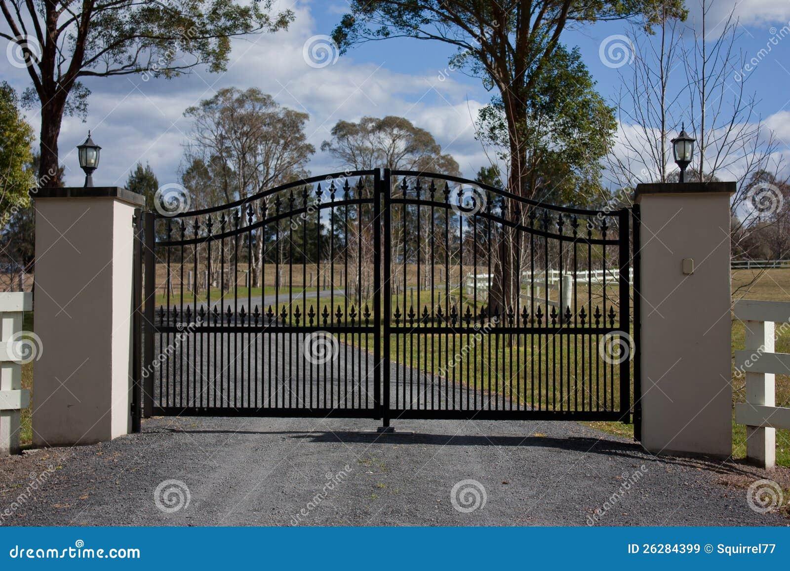 Puertas negras de la entrada del hierro labrado im genes for Puertas de entrada de hierro