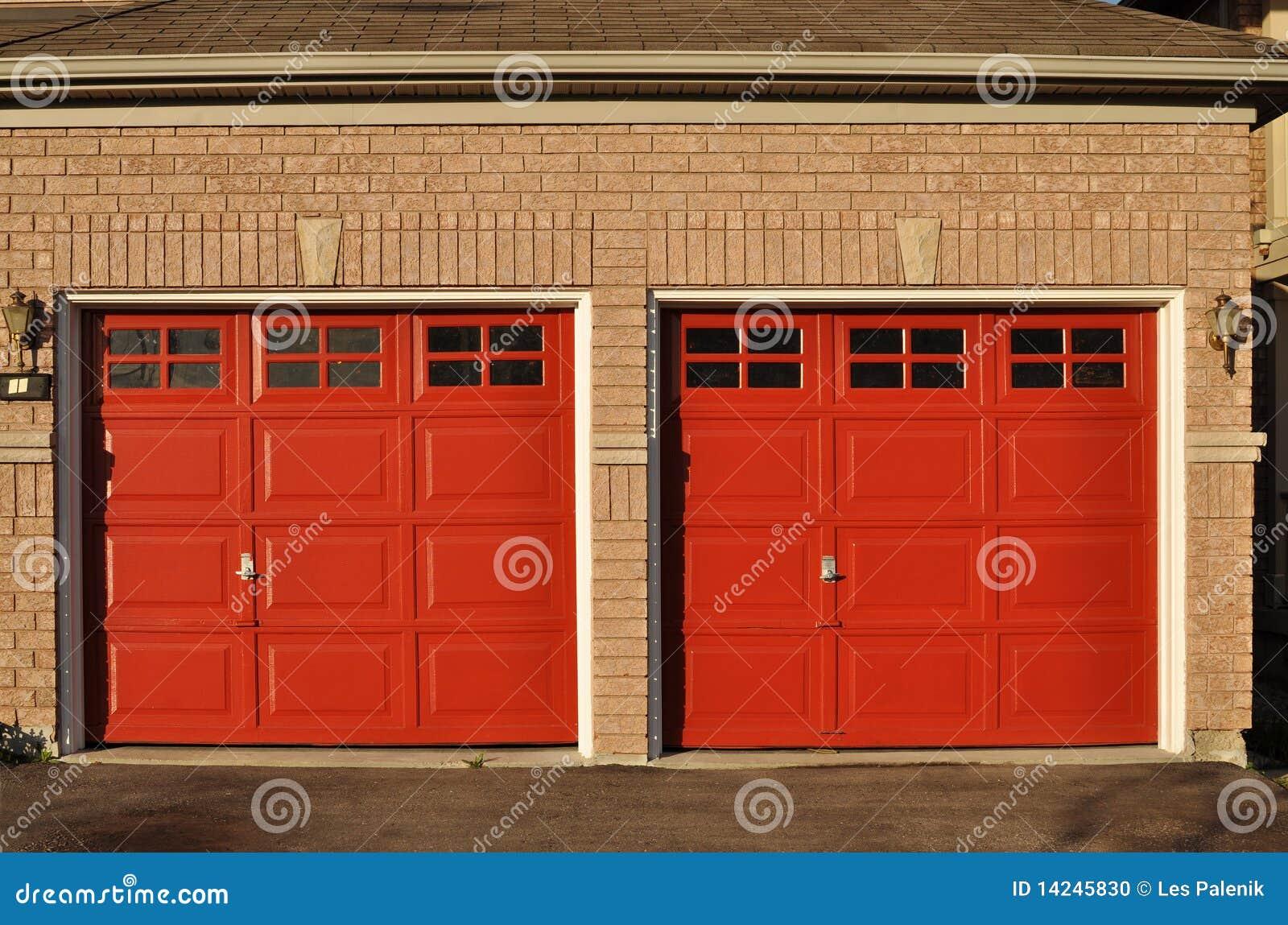 Puertas rojas del garage foto de archivo imagen 14245830 for Foto staccate del garage