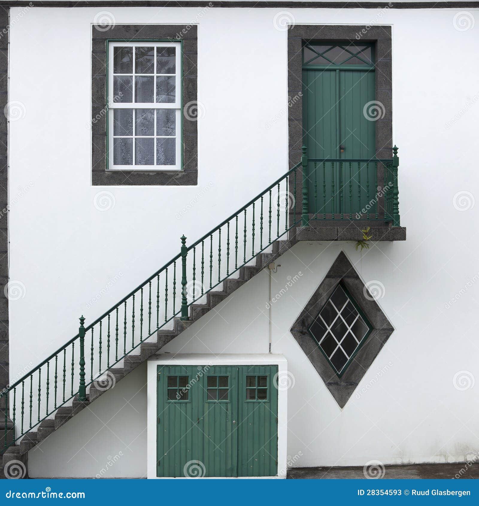Puertas ventanas y escaleras en la isla de azores imagen for Puertas de escalera