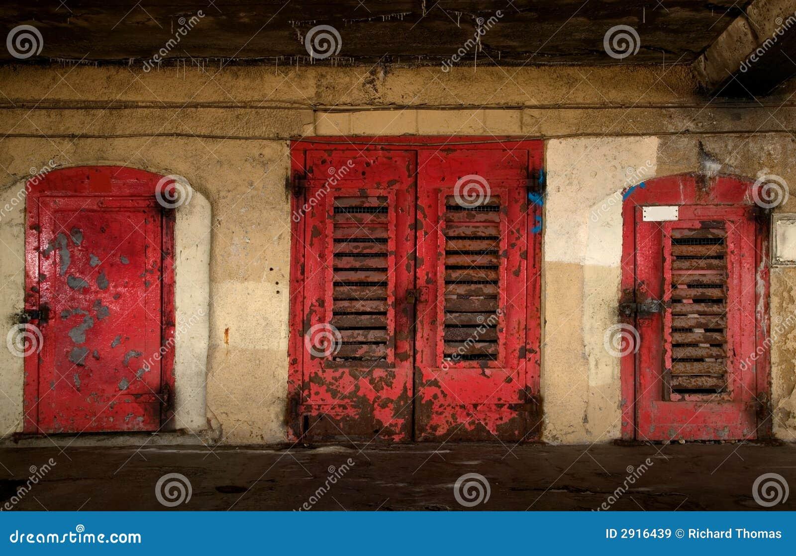 Puertas viejas aherrumbradas im genes de archivo libres de for Puertas viejas