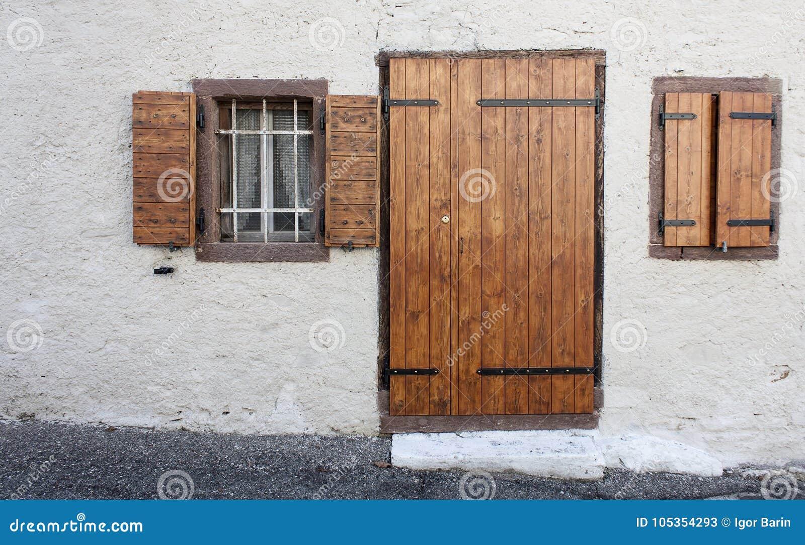 Puertas Y Ventanas De Madera Vintage Rustico Imagen De Archivo