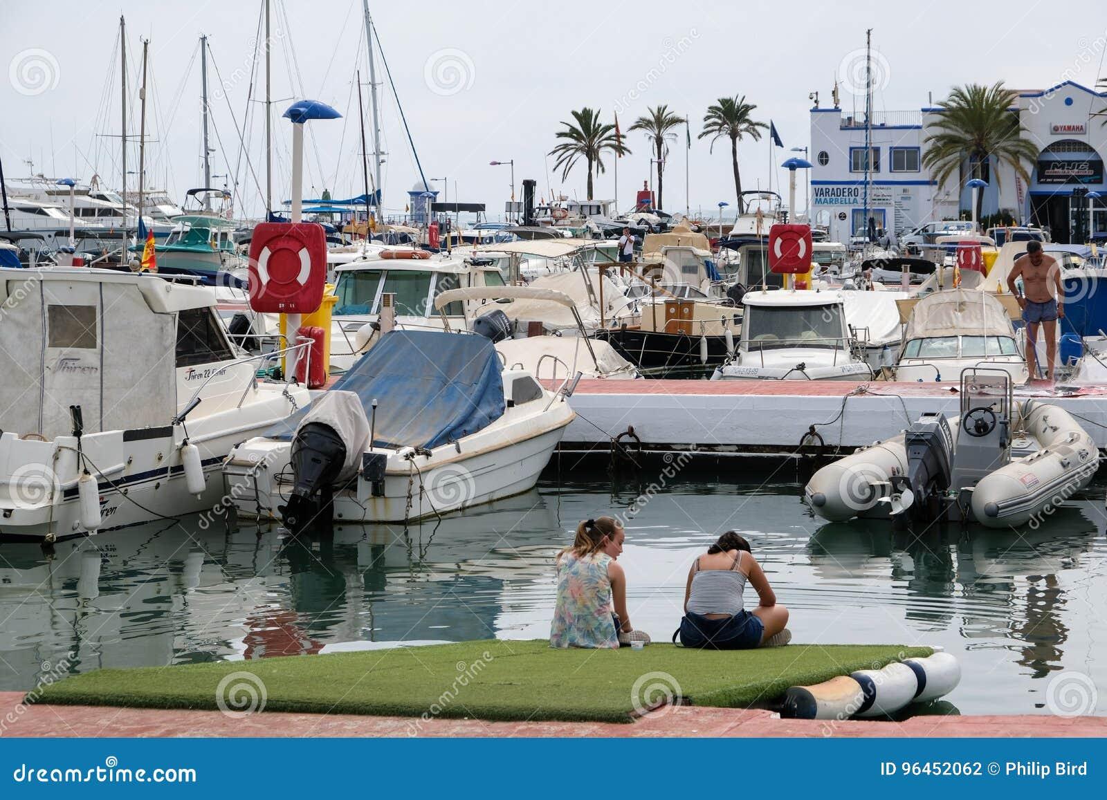 PUERTO BANUS, ANDALUCIA/SPAIN - 7月6日:港口的看法